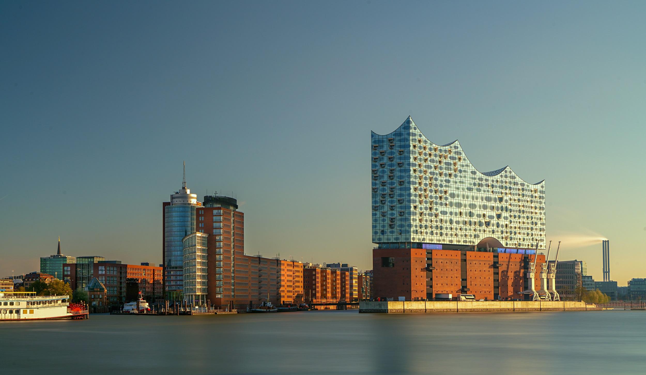 Fotonachweis: AdobeStock / Daniel Fröhlich // Elbphilharmonie Hamburg als beispielhaftes Konzerthaus.