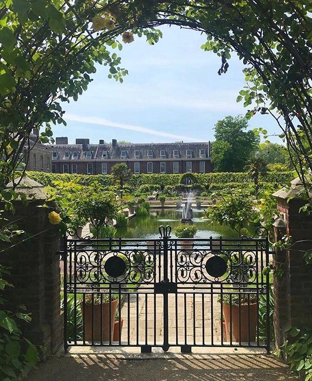 #LONDON // Palace perspectives at #kensingtonpalace how gorgeous are the Kensington gardens? 🌳✨ _______________________ Captured by @elliotwagland . . . #jordanalexanderjewelry #london #royals #kensingtongardens