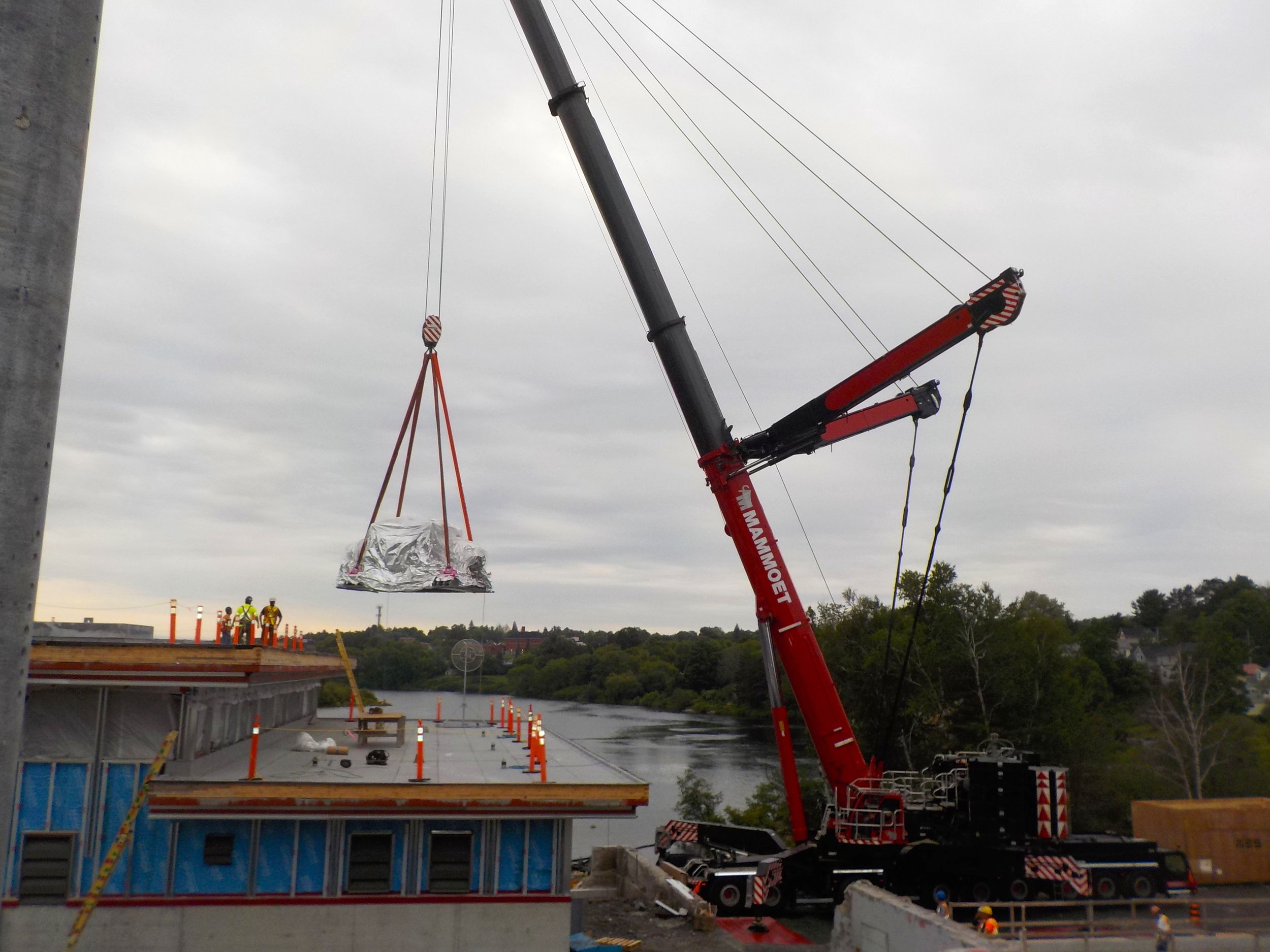 - To hoist the massive 160,000-pound generator assembly with a single lift meant bringing an 850-tonne crane to the job site.
