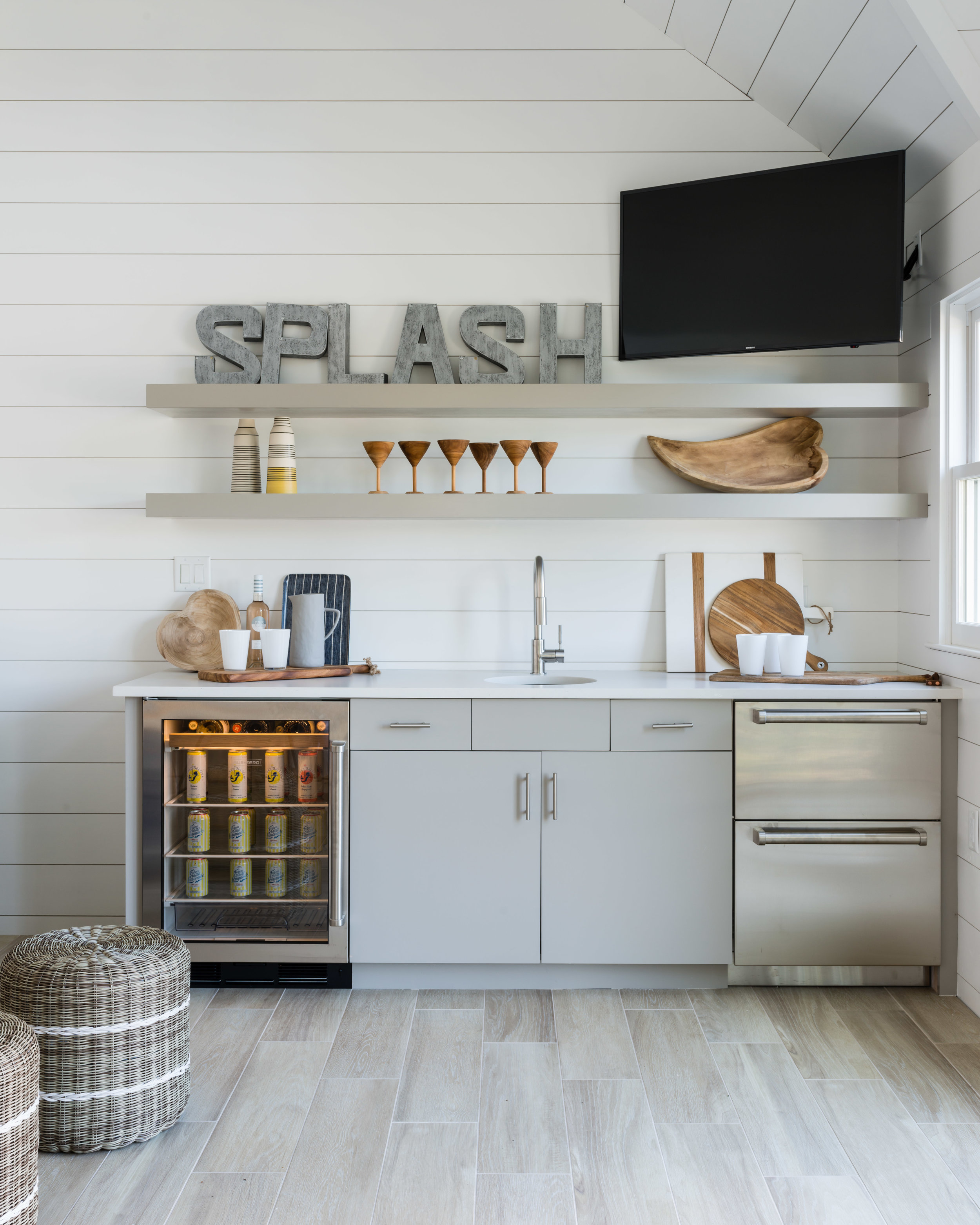 Paint:  Benjamin Moore White ; Tile:  Plank Tile Madera Beige ; Accessories:  Piece . Interior Design:  CM Design  // Photo:  Jessica Delaney