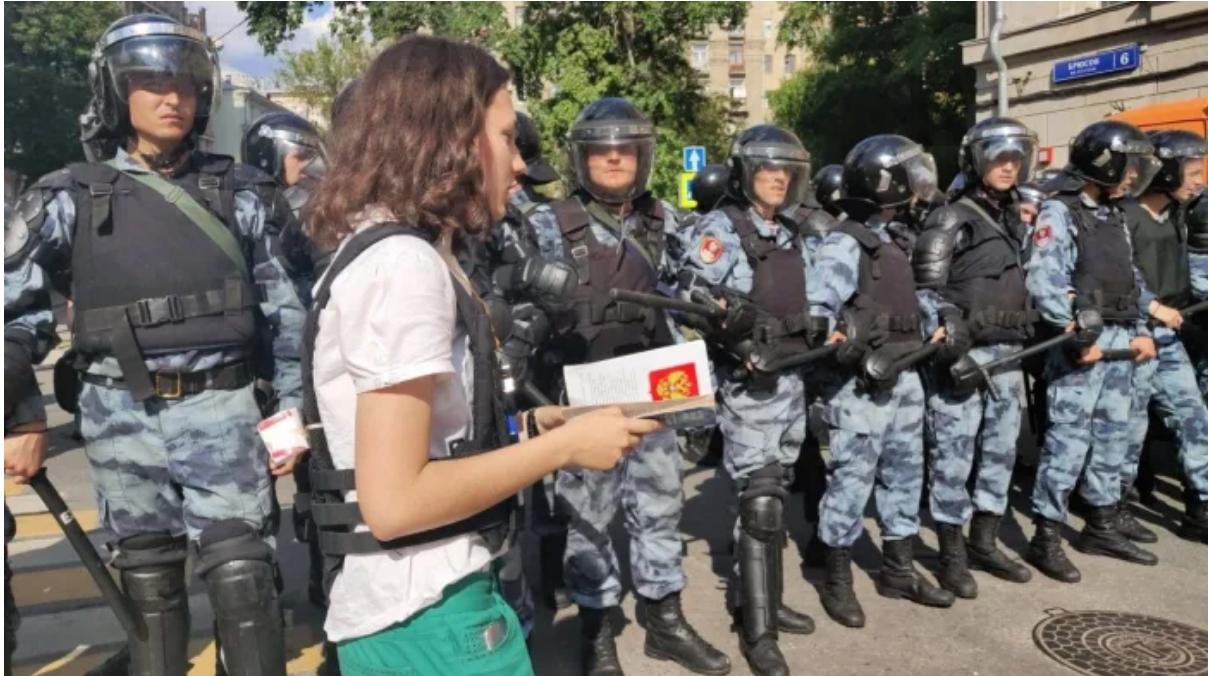 Olga Misik di fronte alla polizia