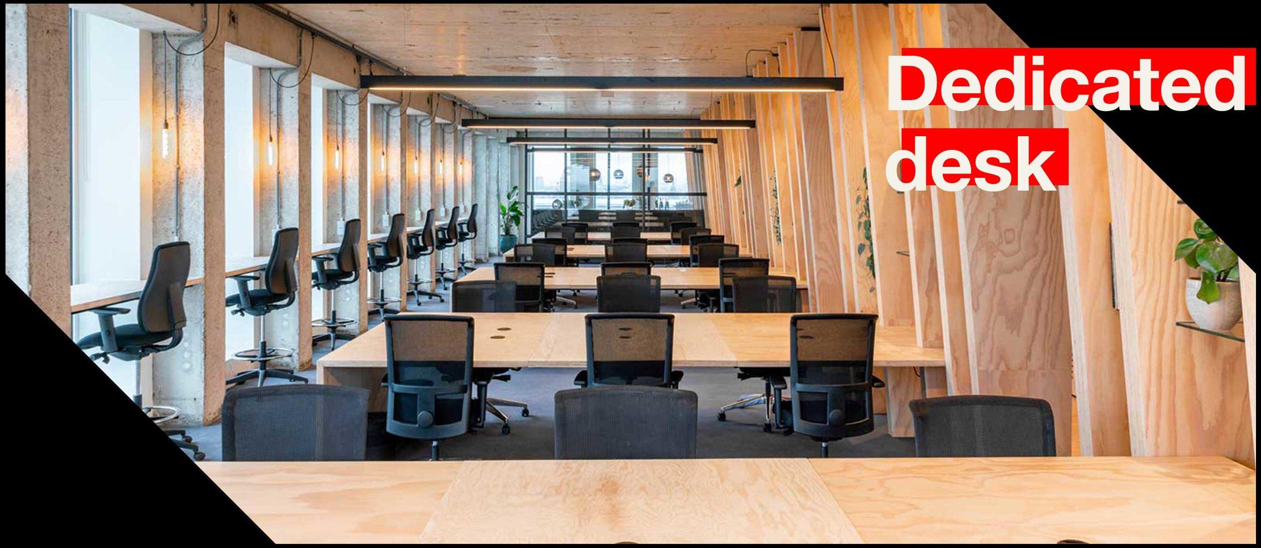 Fixed workplace with private desk. - De Dedicated desks zijn gelegen op de 10e verdieping van de A'DAM Toren. Deze vaste plekken bieden een verbluffend 180 graden uitzicht over Amsterdam & zijn ideaal als je alleen of met jouw team elke dag verzekerd wil zijn van een eigen bureau. De kosten voor dit membership zijn €395,- per maand (excl. btw).
