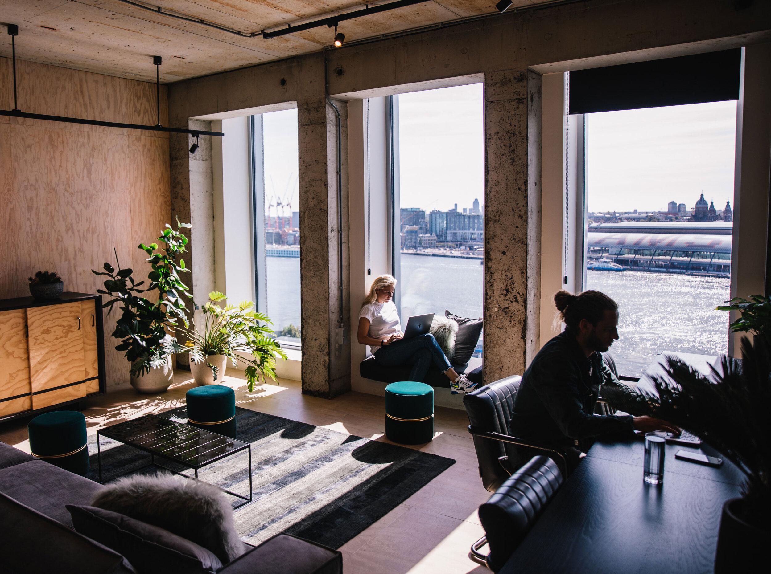 Dedicated Desk in de A'DAM Toren - Hecht je meer waarde aan een vaste thuisbasis en maak je je werkplek graag eigen? Dan kan je op de 10e verdieping van de A'DAM Toren je eigen desk claimen, alleen of met je collega's. Je spullen kan je hier gewoon laten liggen, voor extra ruimte kun je gebruik maken van de lockers op dezelfde verdieping. Daarnaast ben je natuurlijk onderdeel van de community en geniet je van alle voordelen die dat met zich meebrengt.