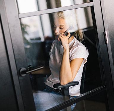 Een werkplek voor elk moment - Behoefte aan wat rust? Maak dan gebruik van de stilte ruimtes! Heb je juist zin in reuring of om met collega's & andere creatievelingen te sparren? Dan kun je op de reguliere werkplekken terecht. Wil je even je sociale ei kwijt? Pak de lift naar de exclusieve members club op de 18e. Daarnaast beschik je over de mogelijkheid om van de extra ruimtes gebruik te maken, zoals meeting rooms, phone booths, chill areas & een pantry met uitgebreid lunchaanbod.