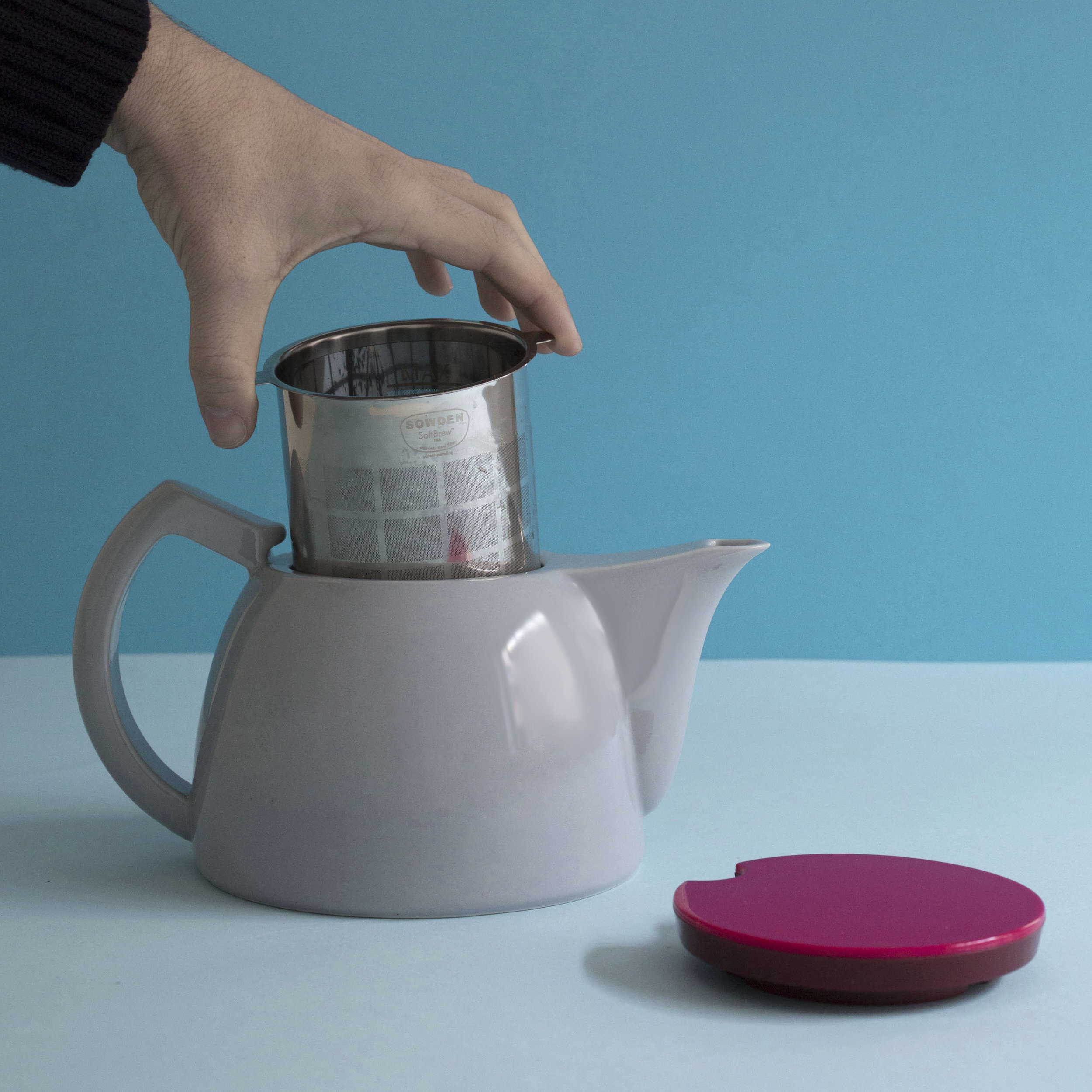Take out the filter with the used tea leaves -