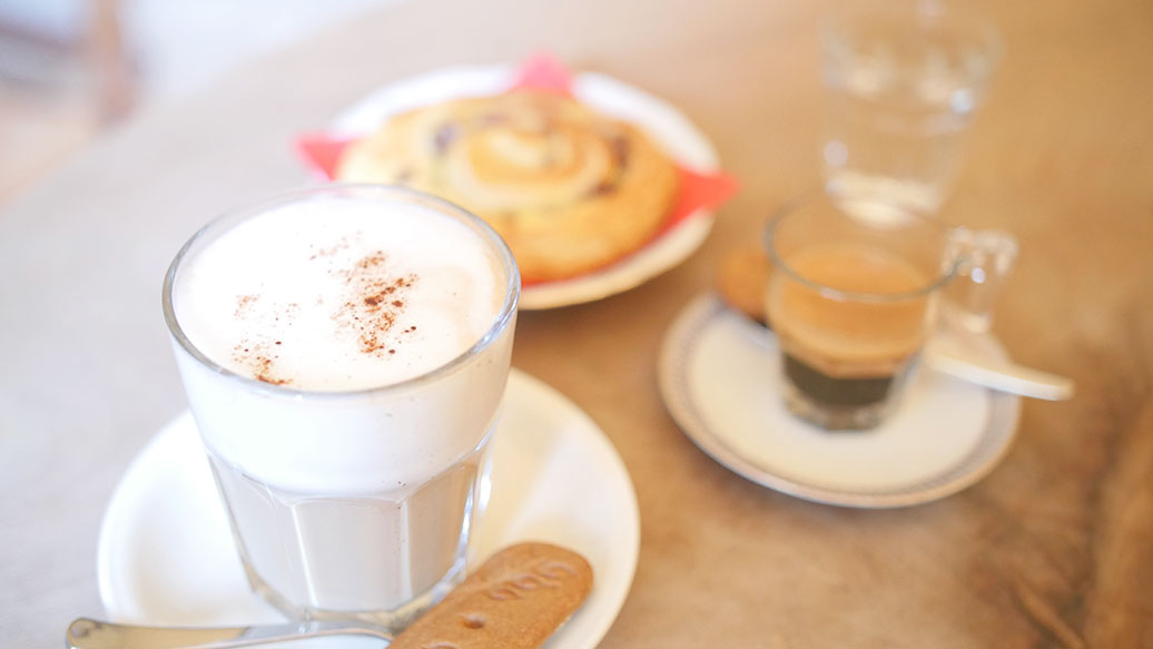 aurum-cafe-header-kaffee-latte.jpg