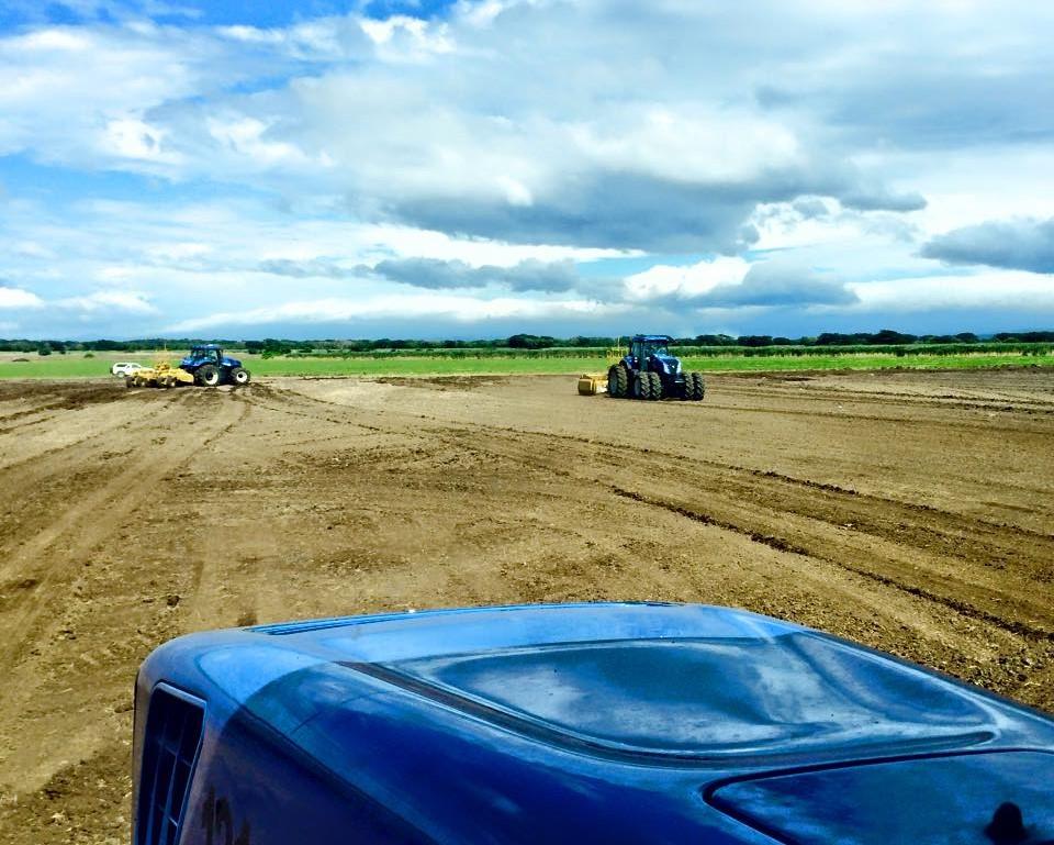 ¡Mover suelo ya no es tan caro e invasivo! - Con nuestros diseños de pendiente variable movemos 3 veces menos suelo que la tecnología Láser, no comprometemos la capa fértil y aseguramos el buen flujo del agua. Nuestros equipos aseguran una reproducción precisa de nuestro diseño en campo.