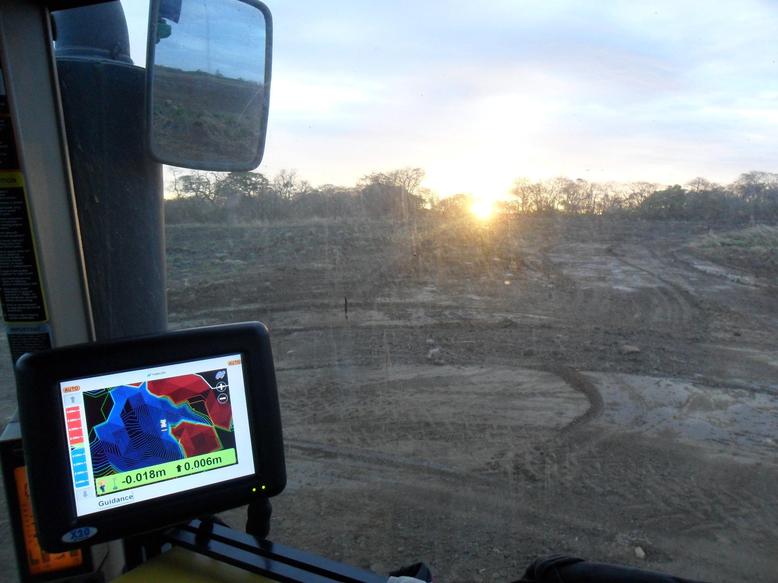 Adecuación de suelos  - Los equipos favoritos en el mundo para el control automático de cuchilla para el movimiento de suelos. Por su robustez y desempeño eficiente, a donde quiera que los instalamos sus beneficios son detectados no mucho después de haber trabajado en su campo. Consúltenos a cerca de sus beneficios y acoplamiento con otras tecnologías como el piloto automático.