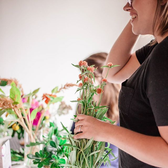 Hi! Here's part of my face thoroughly enjoying a workshop from last year. ☺ I'm thinking about doing one in July or August in Northern Virginia. What would you want to make?  Photography by @suzannasternphotography  #flowerworkshop #foragedandfound #craftedstems #westvirginiaflorist #wvflorist #loudounflorist #dmvflorist #locallove #dcflorists #novaflorist #seasonalfloralstyle #seasonalflower #charlestownflorist #colorfulwedding #risingtidesociety