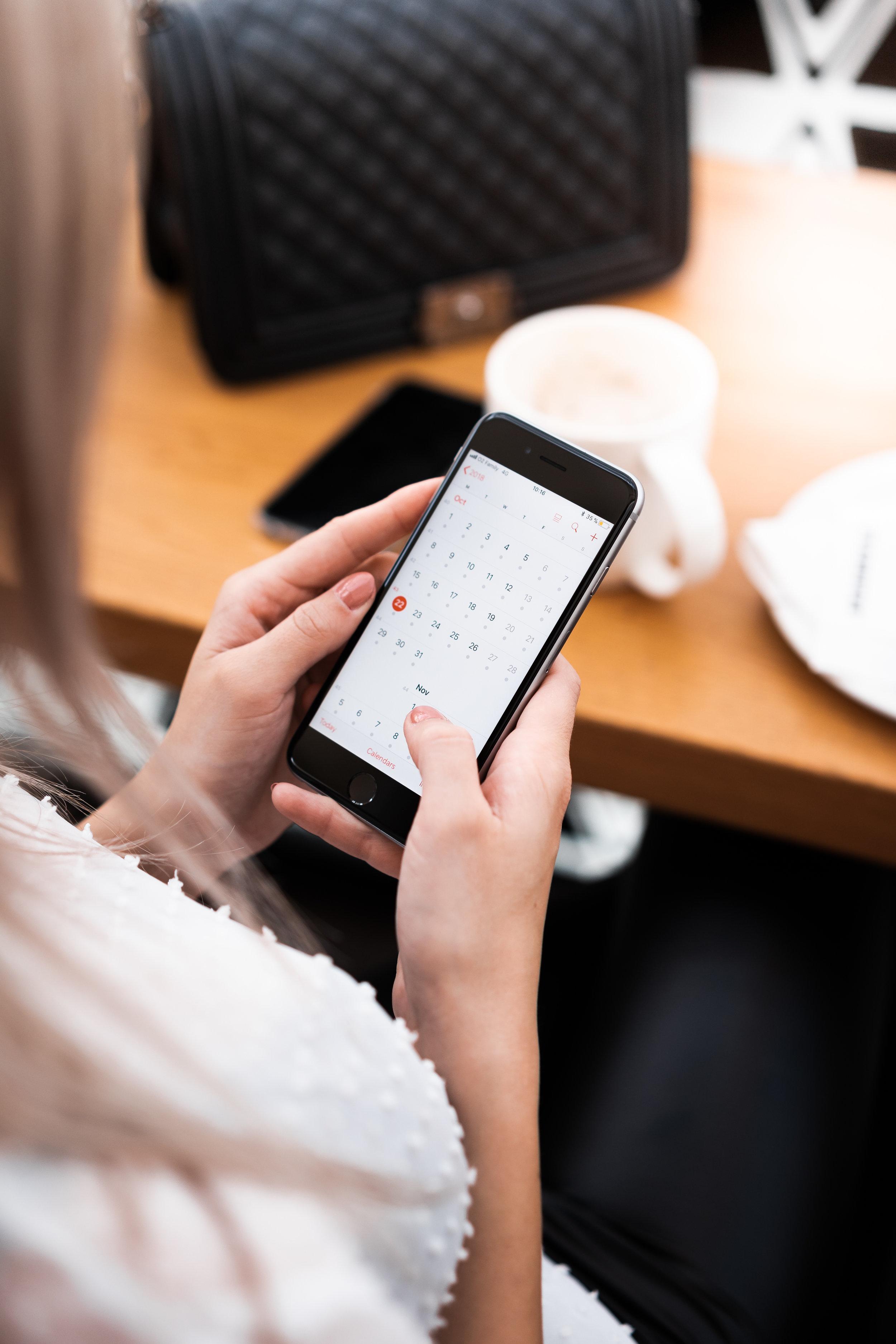 using-calendar-app-on-iphone-in-cafe-picjumbo-com.jpg