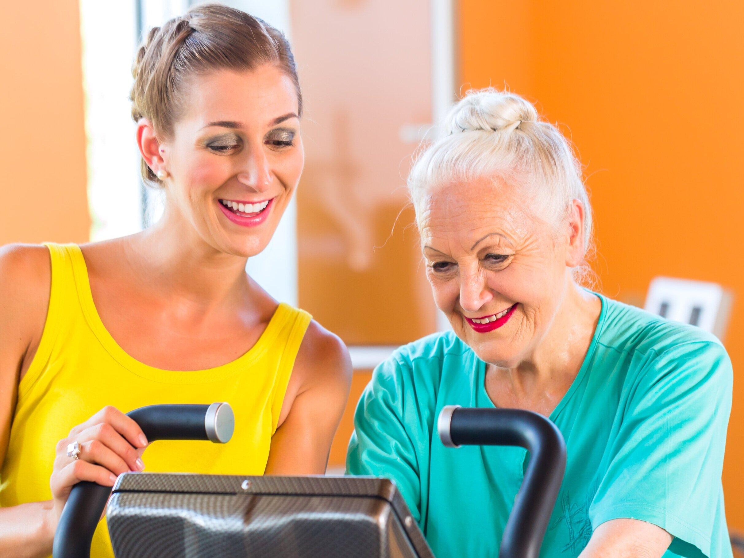 """""""At cykle ud i verden"""" - Televindu som et motiverende værktøj til motion & rehabiliteringPlejebehovet som følge af reduceret funktion skyldes ikke kun sygdommen, men også mangel på fysisk aktivitet. For mange personer med demens, opleves træning som meningsløst. De mangler motivationen til at bevæge sig.Træning er en væsentlig faktor for opretholdelse af funktion og bidrager til at give en følelse af velvære. Træning giver forbedring af muskelstyrke, fleksibilitet, balance, koordination og udholdenhed, som sammen bidrager til øget funktion, mindre plejebehov og bedre livskvalitet.Televindu gør det muligt at cykle ud i verden fra sin egen dagligstue. Ved at placere en træningscykel foran skærmen, kan den ældre cykle med til cykelvideoer fra kendte omgivelser eller udforske nye områder i udlandet. Dette gør træningen til en spændende og meningsfuld aktivitet for de ældre."""