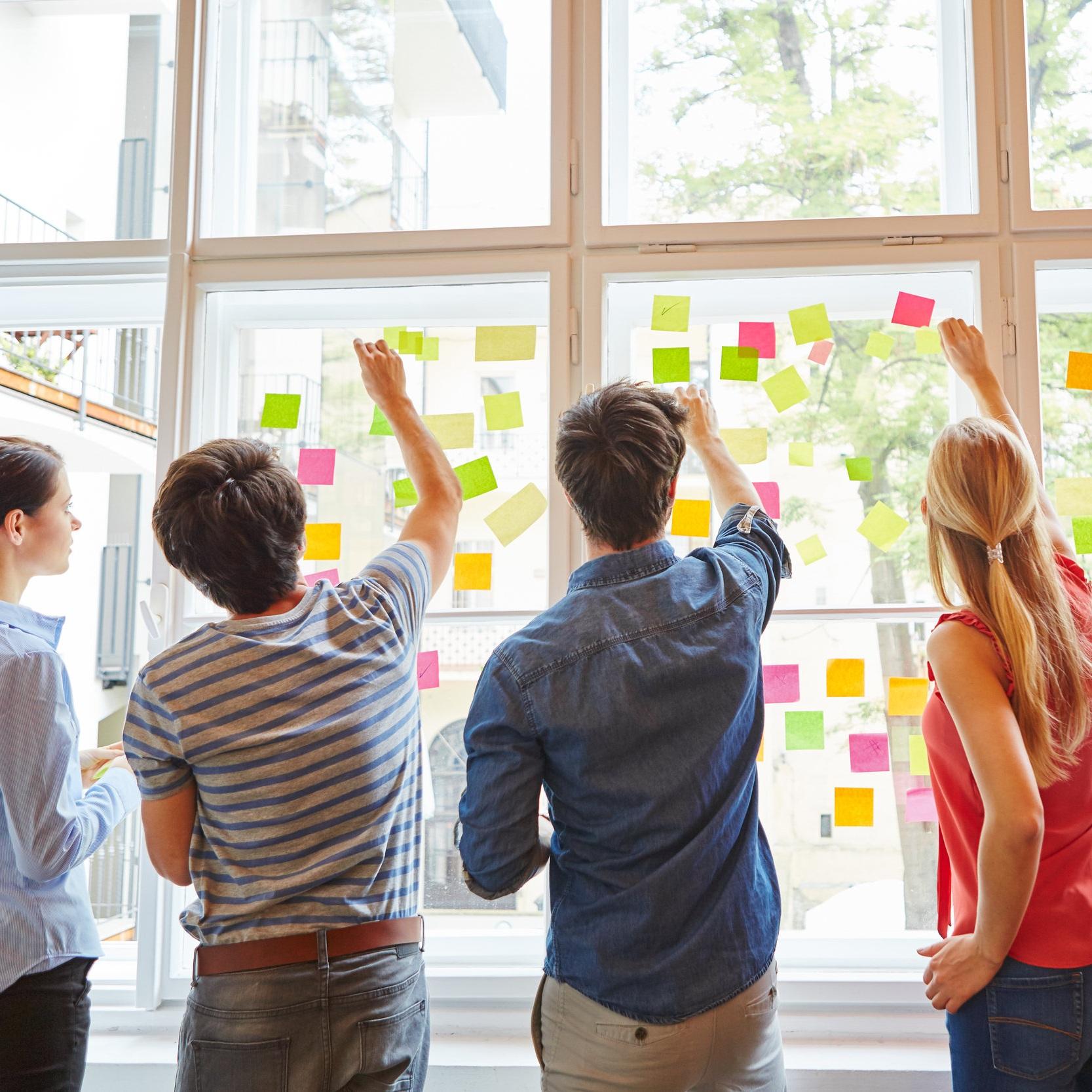 DESIGN SPRINTS - Un Design Sprint es un proceso paso a paso que en sólo 4 días permite resolver grandes retos de negocio, validar ideas y crear productos y servicios maximizando las posibilidades de éxito.Fueron creados en Google como una metodología de trabajo propia y rápidamente fueron adoptados en Silicon Valley. Hoy lo utilizan en todo el mundo empresas como Apple, Facebook, Amazon, Lego y Airbnb.