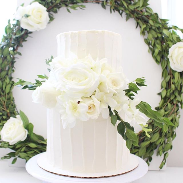 A simply gorgeous and elegant cake for Vinh and Thao's baby shower this past weekend 🎂🌹