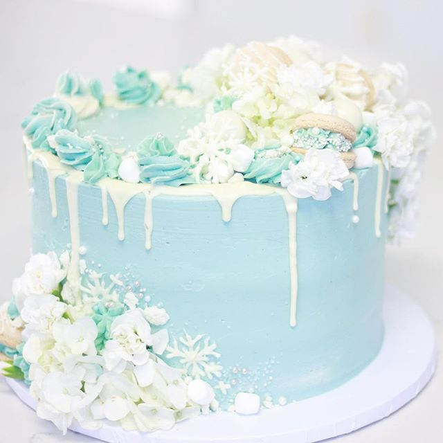 Here's the full beauty! Loved making this fluffy cake for @nikimartinsd and her daughter's Frozen themed birthday party. She gave me full reign to design and I may have gone a little overboard with the florals 😅, I hope this cake was very much loved ☺️❄️🎂 . . .  #cakes #floralcake #cakedesign #cakestagram #cakelovers #wintercake #winterwedding #winterweddingcake