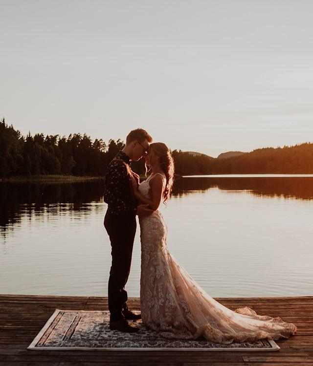 Se på disse fine folka! Elsker når brudepar setter av bittelitt tid til noen slike kveldsbilder på slutten av bryllupsdagen.😍