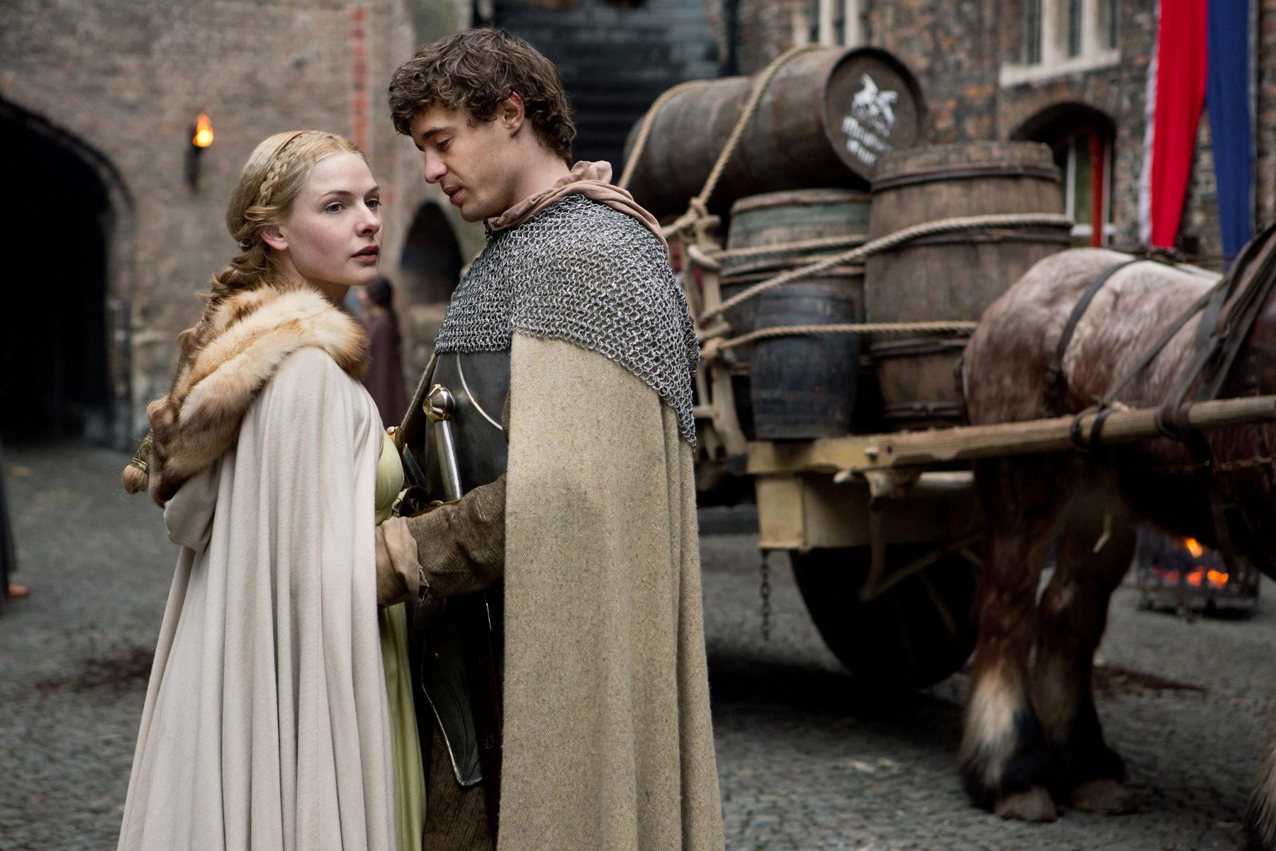 Elizabeth Woodville (Rebecca Ferguson), King Edward IV (Max Irons) (2).jpg