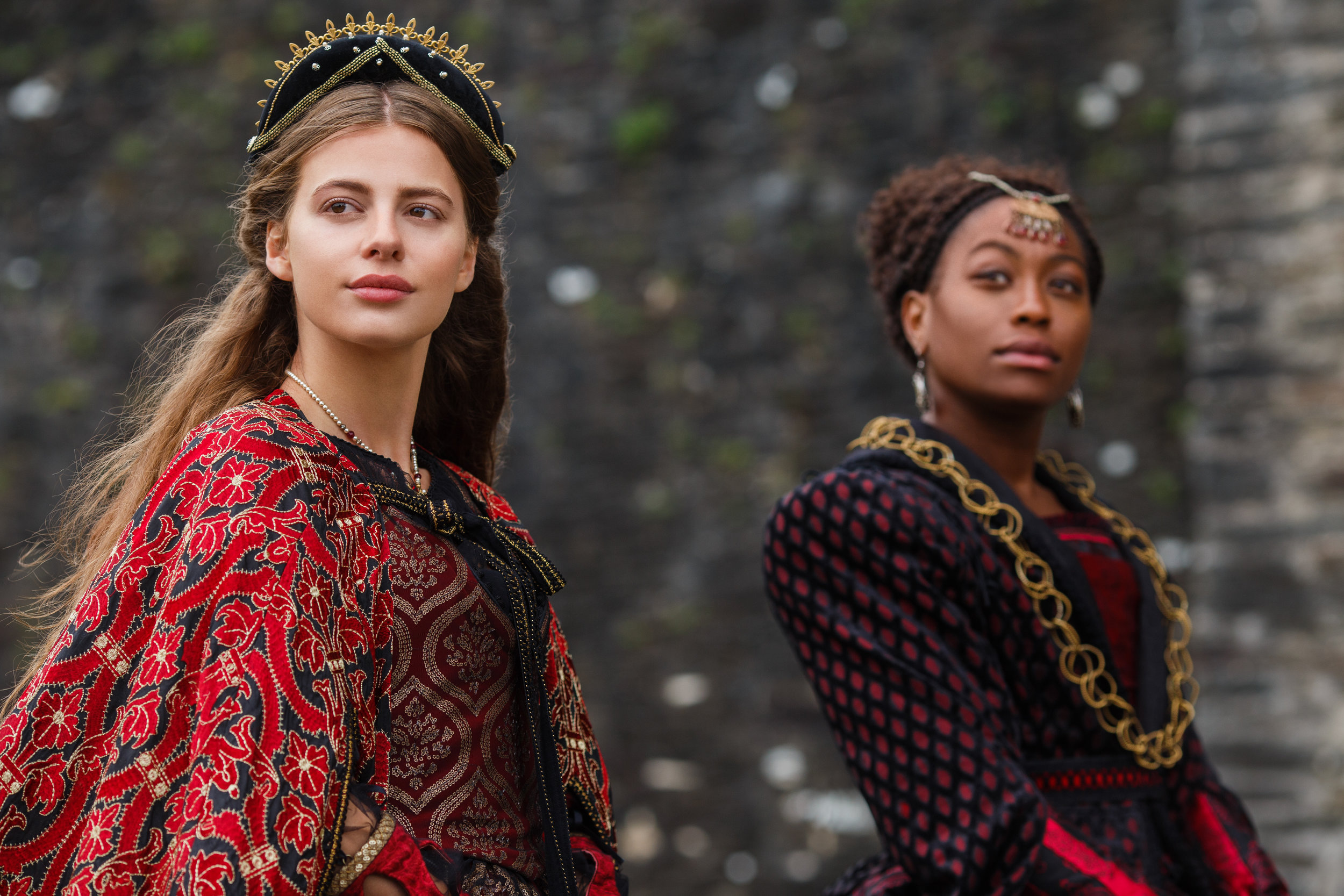 Nadia Parkes (Rosa), Stephanie Levi-John (Lina) - The Spanish Princess 101.jpg