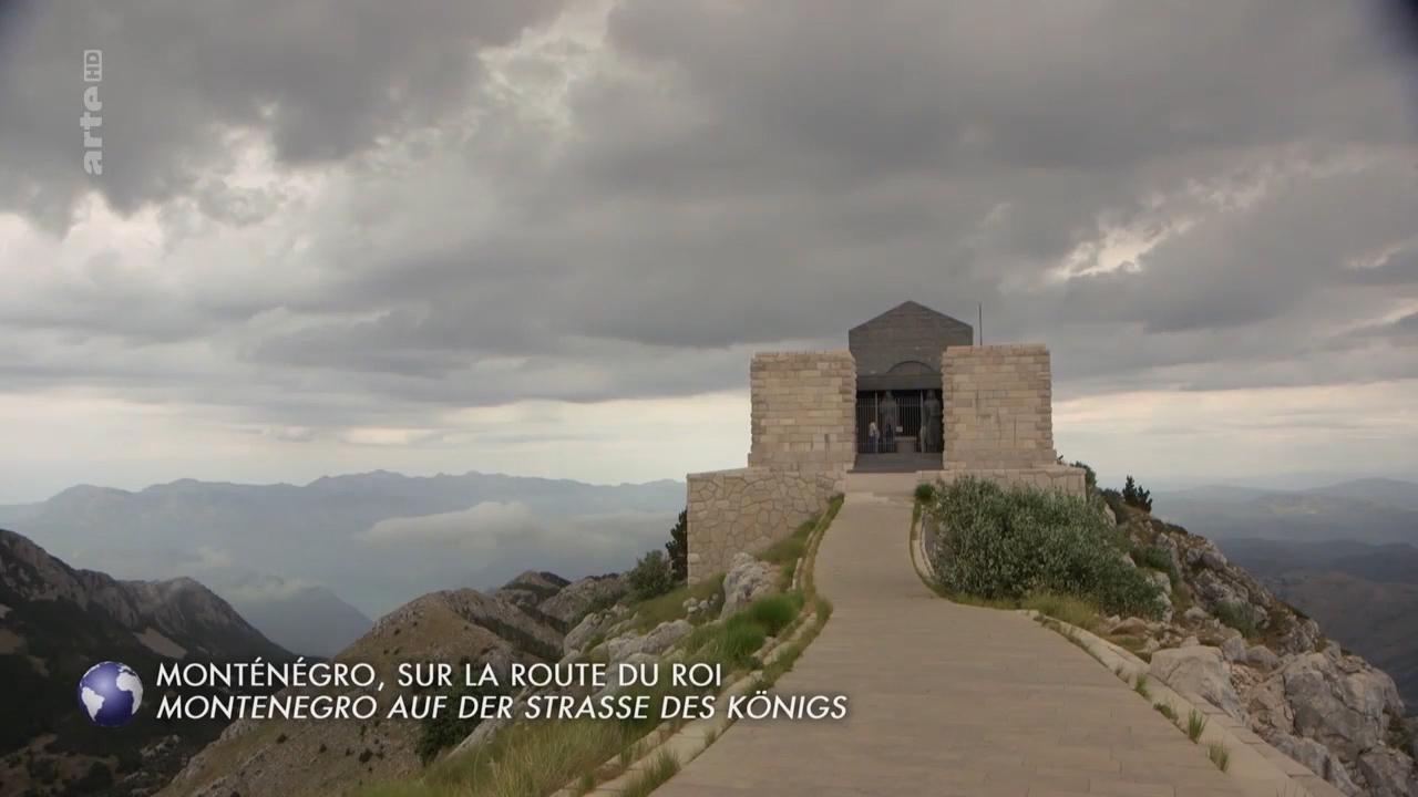 Monténégro, sur la route du roi Invitation au voyage - -Locations-Permits-Content-Characters-LogisticsCopyright :ARTE FRANCEMonténégro, sur la route du roiInvitation Au Voyage13 minMonténégro, sur la route du roi Sur les hauteurs du Monténégro, une route qui raconte l'histoire d'un royaume : la Serpentine. Le meilleur moyen de découvrir cette république de l'ex-Yougoslavie est de s'aventurer dans ses montagnes, symboles du pays… et de son destin ! La Serpentine raconte l'histoire d'un royaume, celle d'un pays jadis enclavé, privé d'accès à la mer.e had never even driven abroad. Their ride leads them over steep mountain passes and through riverbeds and canyons. But she shows herself to be a great driver, Jan thinks. A little too overconfident even, at times. With Nora, Jan talks about her career, her faith and her marriage. When Nora married her childhood love, it caused problems at home, due to cultural differences.Foto's: © Vincent CustersShare