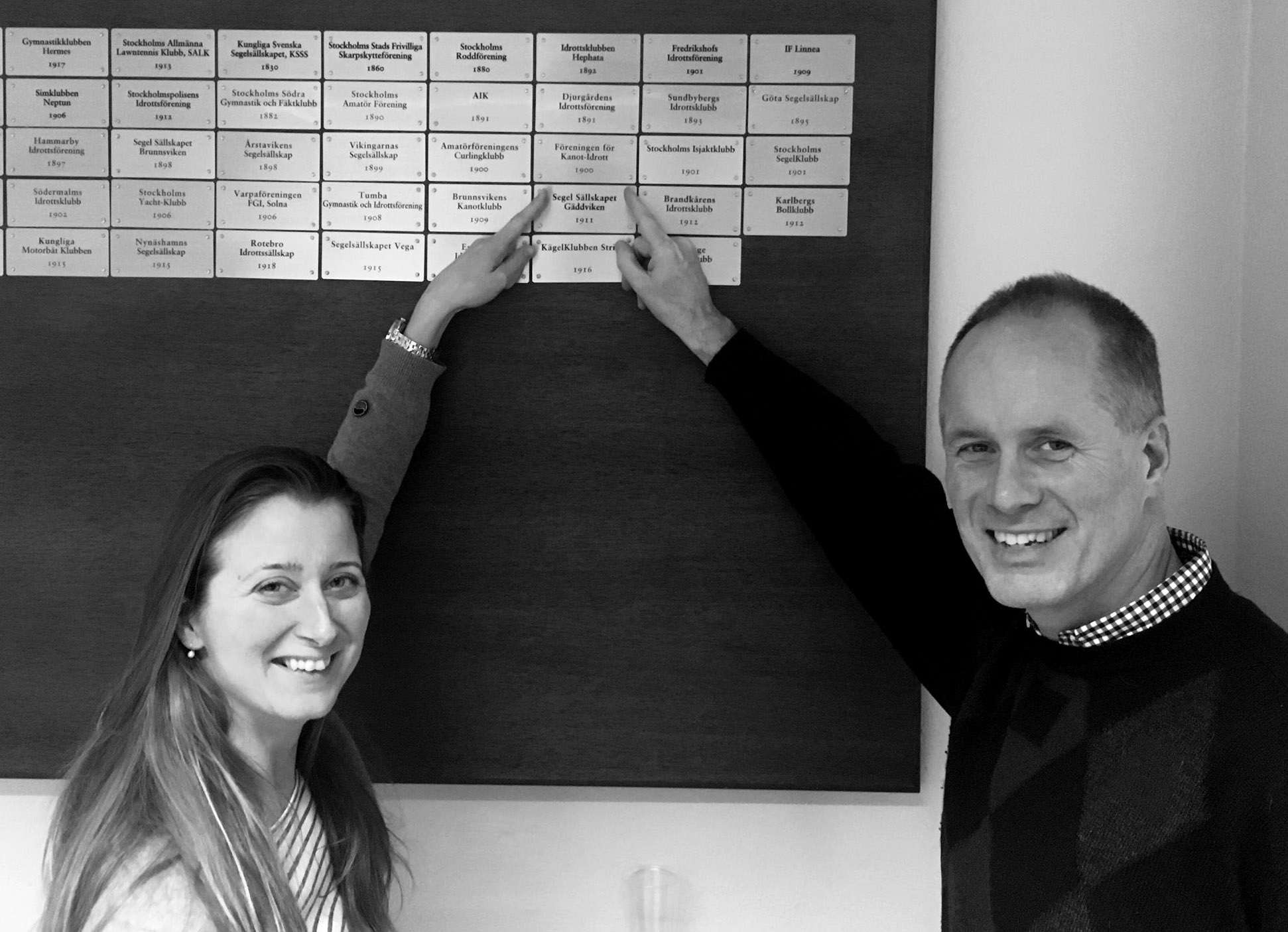 Lisa och Sven pekar stolt på plaketten!