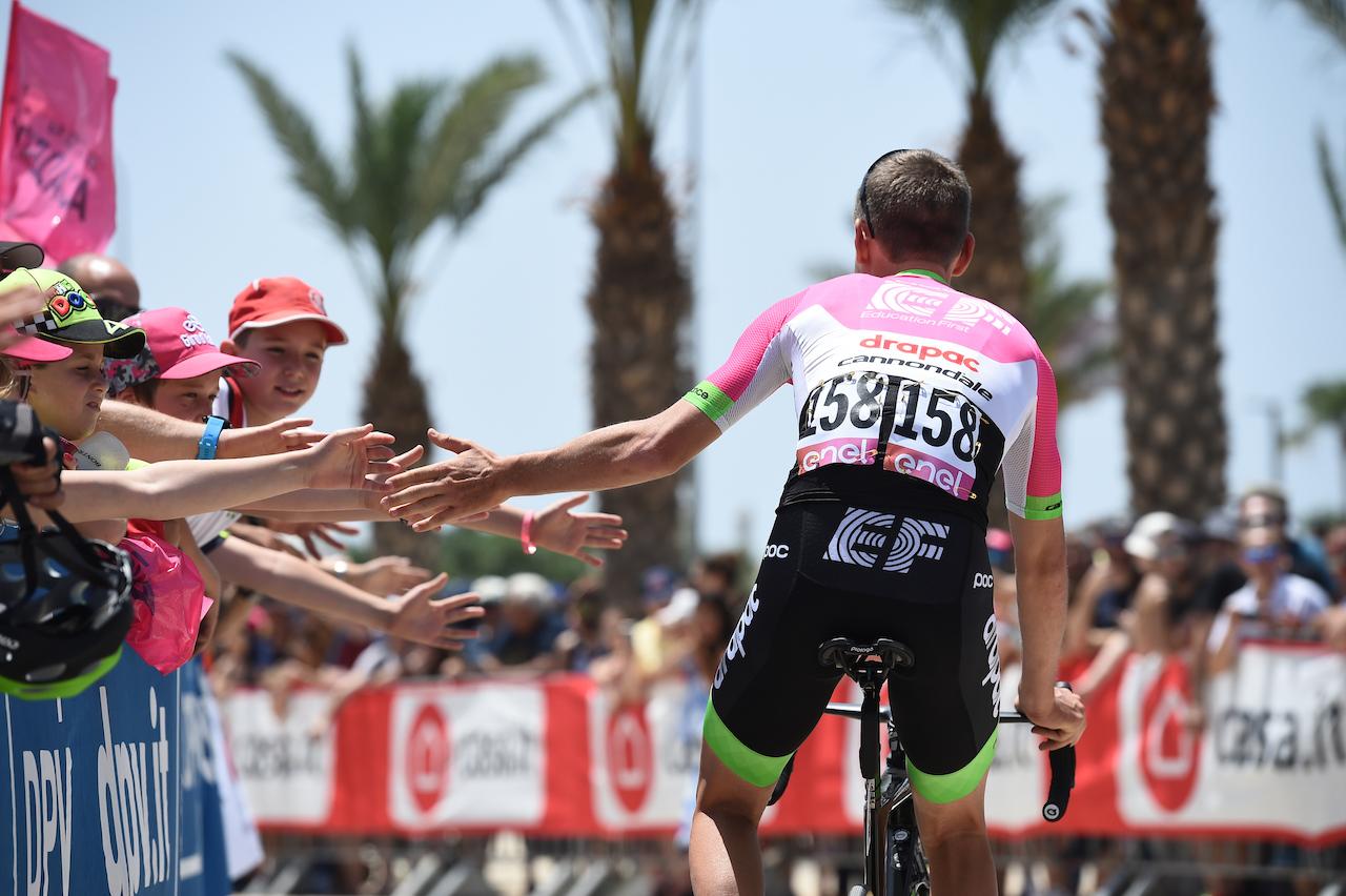 giro-ditalia-fans-rider-back.JPG