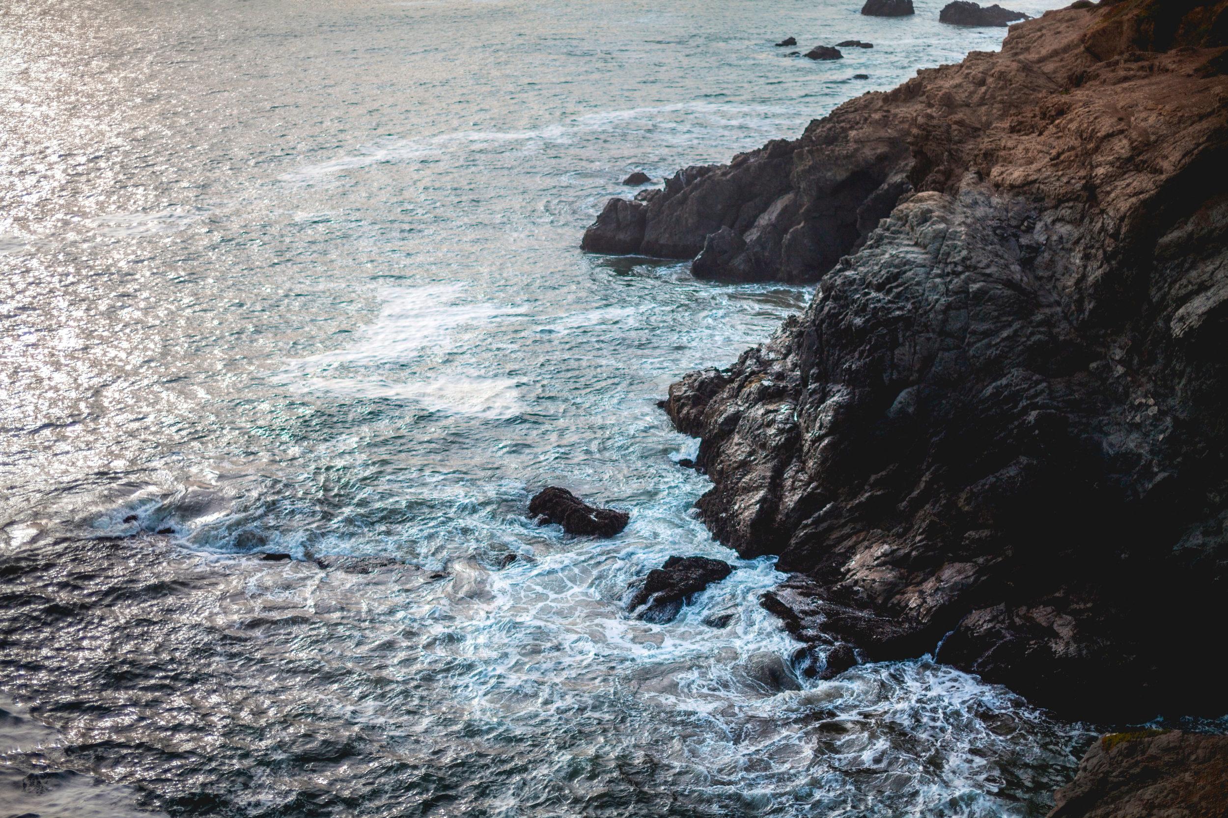 Les embruns marins - L'odeur des embruns, de l'air pur au dessus de l'océan à Piriac-Sur-Mer, en Bretagne. Pour Marion, c'est une odeur très ressourçante, qui rebooste !Cette fine pluie que projette la vague en s'écrasant est très chargée en notes iodées. Pour la composition d'un parfum marin, les parfumeurs ont à disposition plusieurs matières premières dont la calone, qui rappelle le plus l'odeur des embruns ; cet air iodé qui nous enveloppe et que l'on garde sur nous en rentrant d'une journée à la mer. La calone ainsi que les dizaines d'autres matières premières rappelant l'odeur de la mer sont synthétiques et n'existent donc pas dans la nature. Seule l'absolue d'algue est naturelle mais ne retranscrit pas cette notion de légèreté aquatique…