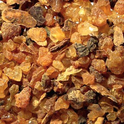 ESSENCE DE MYRRHE - Nom botanique : Commiphora MyrrhaRégions productrices : Somalie, Iran, EthiopieFamille Olfactive : BalsamiqueAdjectifs : réglisse, champignon, boiséNote de fondCaractéristiques techniques : La myrrhe est une gomme-résine très ancienne obtenue à partir de l'arbre à myrrhe. On incise le tronc pour que la résine s'écoule sous forme de petites larmes de couleur blanc-jaune qui rougissent en se solidifiant. On distille ensuite ces larmes de myrrhe à la vapeur d'eau pour obtenir l'essence. On l'utilise principalement dans des parfums orientaux pour sa facette envoûtante, chaude et captivante aux côtés de l'essence d'encens par exemple.