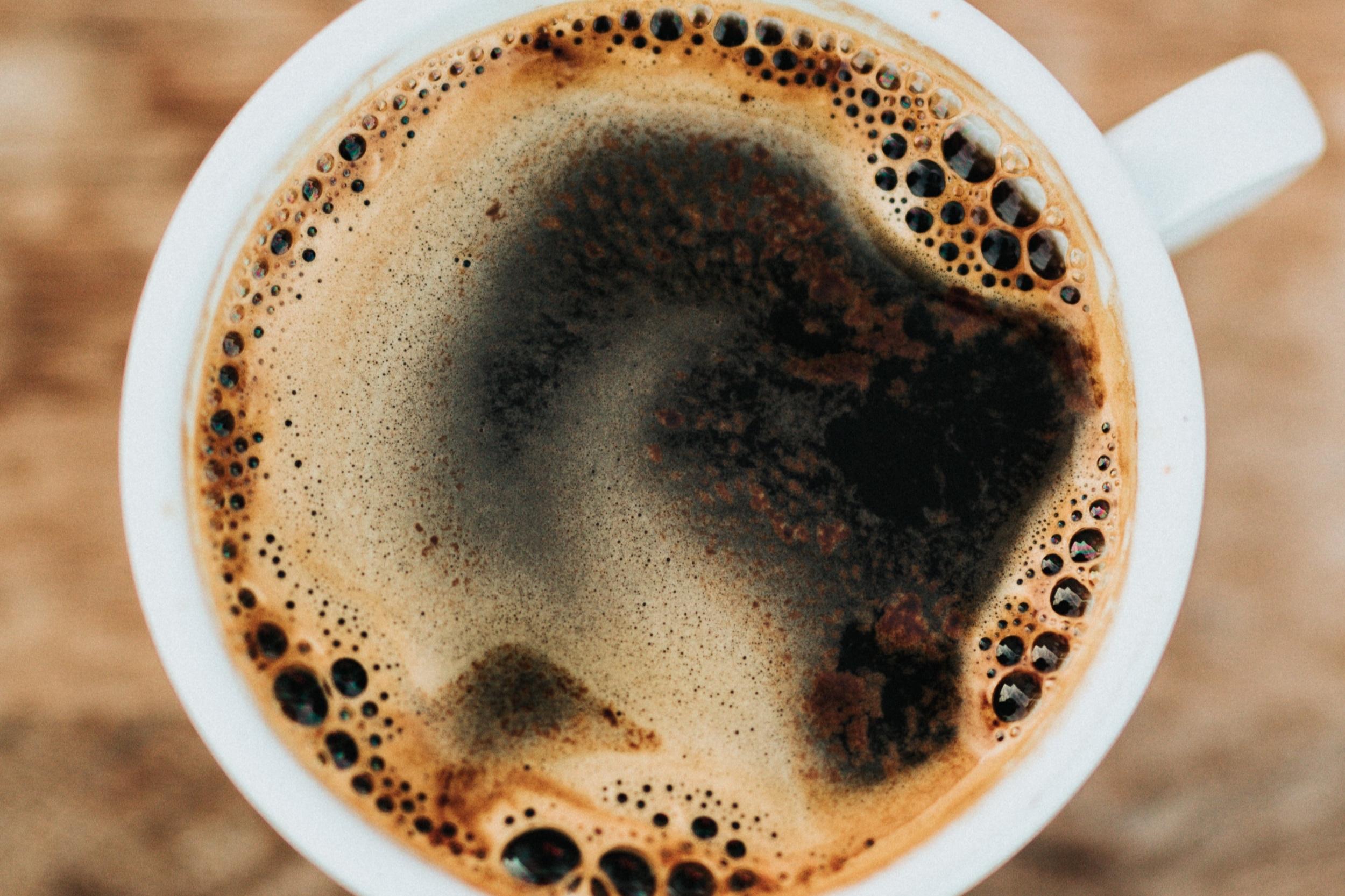 Le café - L'odeur du café réconfortante et cocooning accompagnée de celle des tartines grillées au beurre demi-sel qui font replonger Marion en enfance…En parfumerie on utilise l'essence de café qui a une facette de noisette grillée, on en boirait presque ! On l'agrémente de notes boisées comme le bois de cèdre mais aussi de notes de chocolat ou de tabac. Choisir les différentes essences de café pour un parfum nous fait voyager en Ethiopie, au Brésil ou encore en Côte d'Ivoire ! Mais plus qu'un tour du monde, le café nous ramènera toujours à nos premiers souvenirs de matin d'enfance...