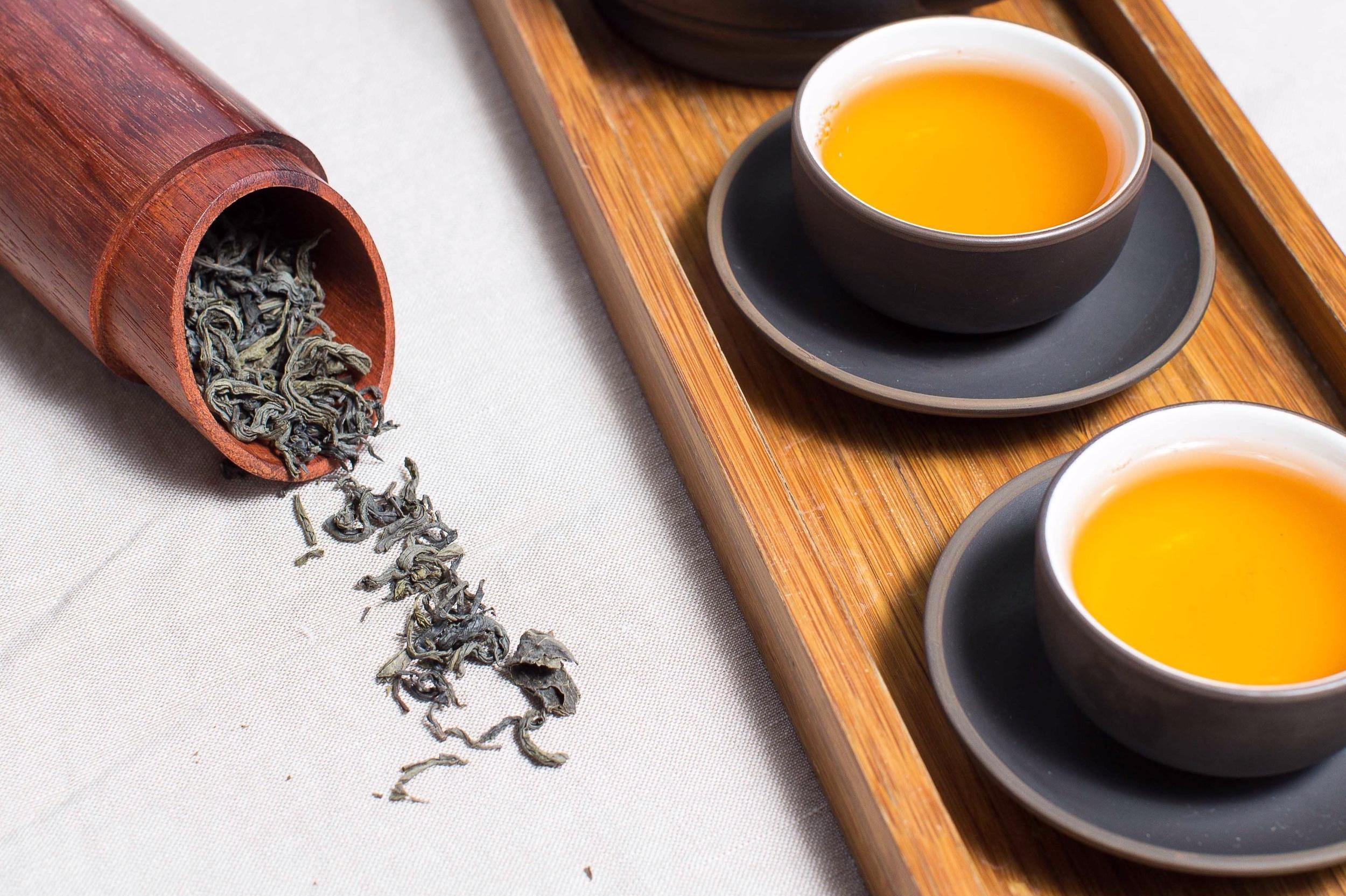 Le thé Darjeeling - Premier souvenir de thé d'Elodie, le Darjeeling, baptisé « champagne du thé » avec ses notes réconfortantes d'amande et son amertume, la replonge en enfance.En parfumerie, quelques feuilles de thé d'Inde aux notes aromatiques et fumées ajoutent originalité et puissance à une fragrance. Sublimant souvent les parfums orientaux ou boisés, la note de thé noir met en valeur les facettes de tabac et de cuir.
