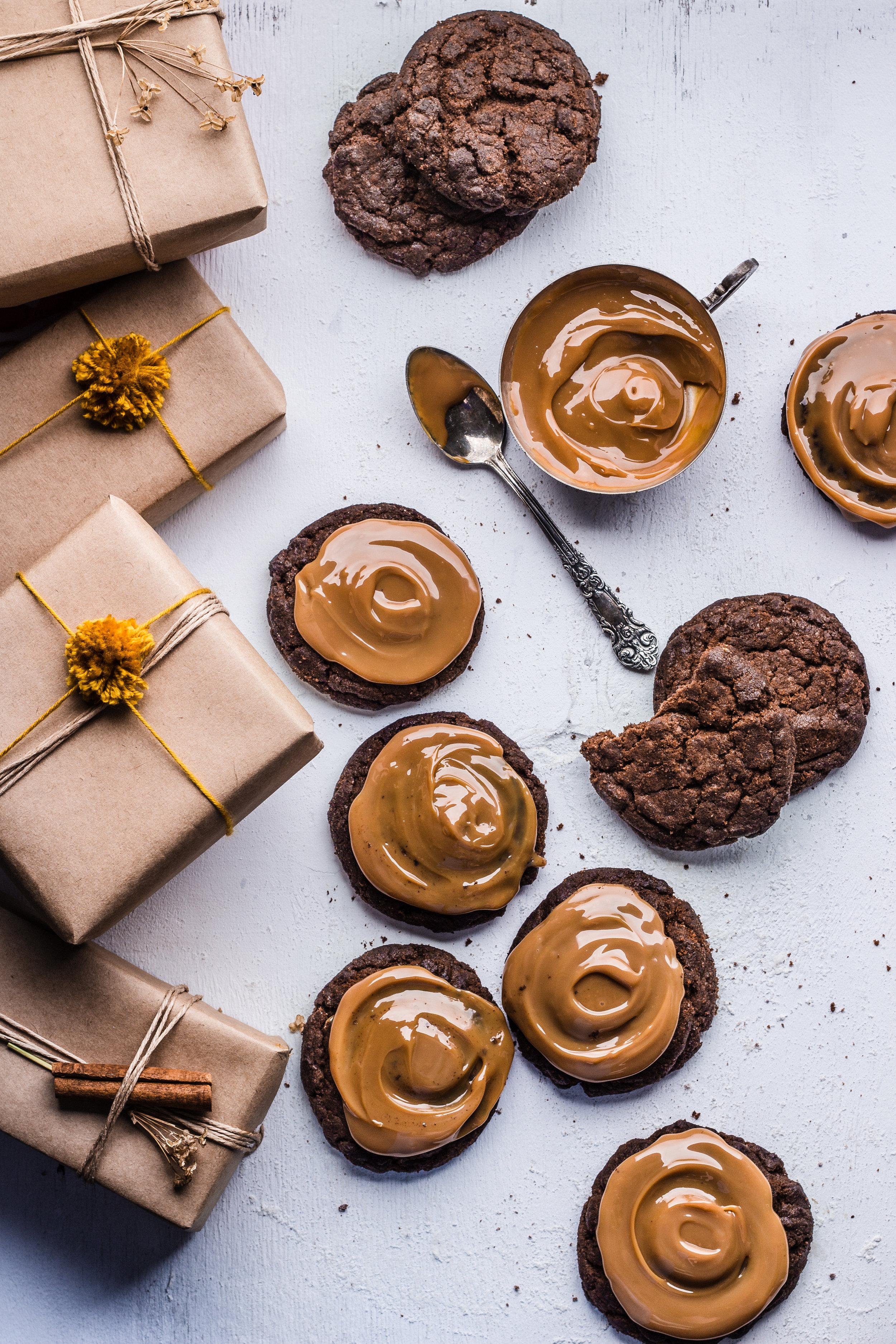 Le caramel   «Ce n'est pas parce qu'on mange sain qu'on ne peut pas manger de caramel !» En effet, Jennifer a créé une recette de caramel saine et délicieuse grâce à l'association d'huile de coco, de beurre d'amande, de sucre de coco et de vanille...  Bien sûr l'essence ou l'absolue de caramel n'existe pas en parfumerie ! Pourtant, on retrouve souvent cette note gourmande dans les parfums du moment aux côtés de notes chocolat, guimauve ou dragée. Le parfumeur récrée donc l'odeur chaleureuse du caramel du très doux fondant au plus dur et brun pour composer le fond des parfums gourmands et orientaux justement associés à la noix de coco et la vanille... La cuisine et le parfum sont intimement liés !