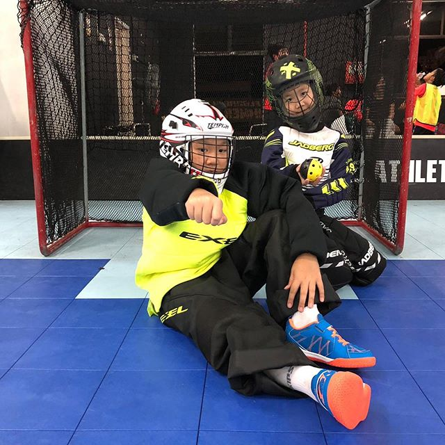 🥅 Siblings in the goal! 🥅  It takes courage and confidence to be the last one ☝🏼 protecting the goal! - - - - - #smolteambighearts #smolfloorball #goalies #goalkeepers #floorballgoalie #kidsports #floorball #sgfloorball #funsports #jadberg #exel