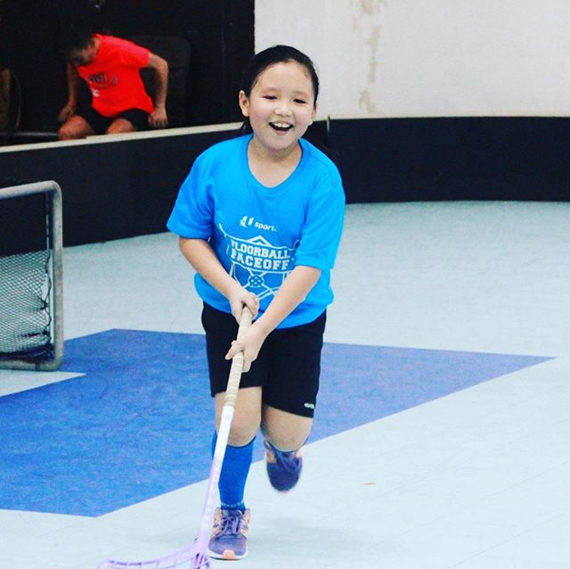 Run, run as fast as you can! You can't catch me, I'm the smolfloorball-man! - - - - #smolteambighearts #smolfloorball #kidsport #floorball #sgfloorball #exel #unihoc #zone #funsports #running #fridays