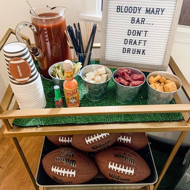 There are ✌️ cocktails I am known for ... and my Bloody Mary's are one of them! Every time I host an event starting before noon these are my go-to. I love playing around with skewer options but kept it simple for our draft. What are you favorite Bloody Mary garnishes?