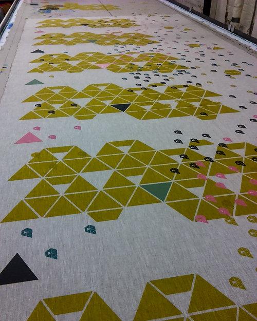Tissus au mètre - Tissu artisanal imprimé au cadre de sérigraphie avec des couleurs naturelles ou de synthèse. Peut être adapté pour la décoration intérieure ou l'ameublement.