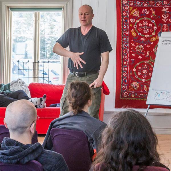 Kroppsläsningskurs - När du lär dig läsa din egen kropp och andras har du redskap som stärker din intuition. Med en ökad självkännedom får vi kunskap att växa och göra oss av med onödiga tankar och känslor som vi släpat omkring på genom åren.Kursen ger dig verktyg både att förstå dina egna signaler såväl som att förstå andra människor. Du får exempel på de olika kroppstyperna och vad som utmärker dem – livets språk.Se datum för Kroppsläsningskursen