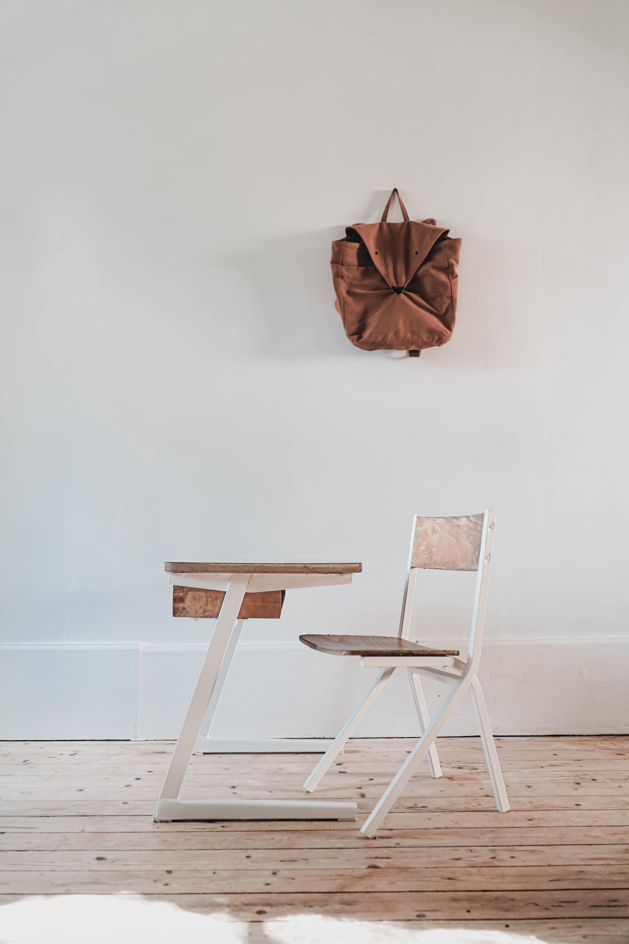 Chaise En Bois Repeinte bureau et chaise d'Écolier — la lune