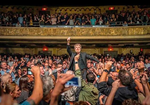 Descripción gráfica de cómo puede terminar un concierto de Glen Hansard. 💥💥 Si lo quieres vivir en directo, no te lo pierdas el próximo 4 de noviembre en @nuevoapoloteatro (Madrid). . . 📷  @mulographynyc . . @glenhansard #glenhansard #thiswildwilling #madrid #conciertosmadrid #conciertosdelapolo #noviembre