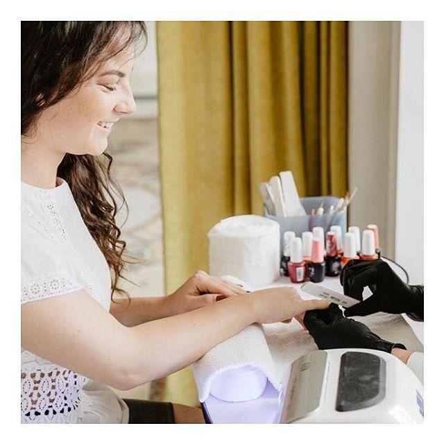 L'été ☀️ On rêve de couleurs à accorder à son bronzage ! Choisissez la Chic Angel qui sublimera vos mains 🌈 sur l'application @chicmybeauty . . Une nouvelle application beauté téléchargeable gratuitement sur votre AppStore. Réservez votre soin beauté 7/7 avec #chicmybeauty * * * #beauty #manucure #marseille #hair #igersmarseille #care #nail #onglerie #instabeauty #makeup #massage #nailart #advice #sport #fitness