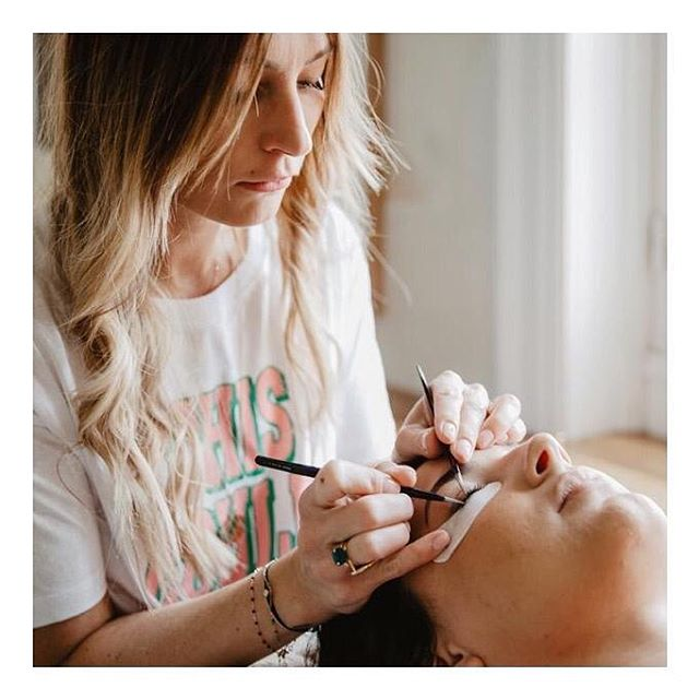 Charmer grâce à vos yeux de biches 😉 C'est possible grâce à l'extension de cils ! Effet naturel ou volume intense, choisissez votre professionnelle sur #chicmybeauty et faites vous conseiller 👁 - - Booker un rendez-vous pour une prestation en quelques secondes avec un professionnel à votre domicile, c'est désormais possible grâce à #chicmybeauty.  Une nouvelle application beauté téléchargeable sur votre AppStore. * * * #beauty #manucure #marseille #hair #igersmarseille #care #nail #onglerie #instabeauty #makeup #massage #nailart #advice #sport #fitness #joy #lips #cosmetics #advice #colorimetrie #morphologie #personnalshopper #colors