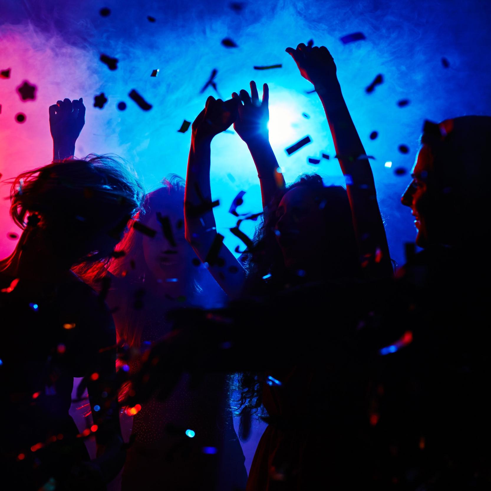 """DJ - Kvällen avrundas med ett ordentligt svängigt dansgolv! Dansa loss och sjung med till klassiker såsom """"Livin' On A Prayer"""", """"Highway To Hell"""" och """"Paradise City""""!"""