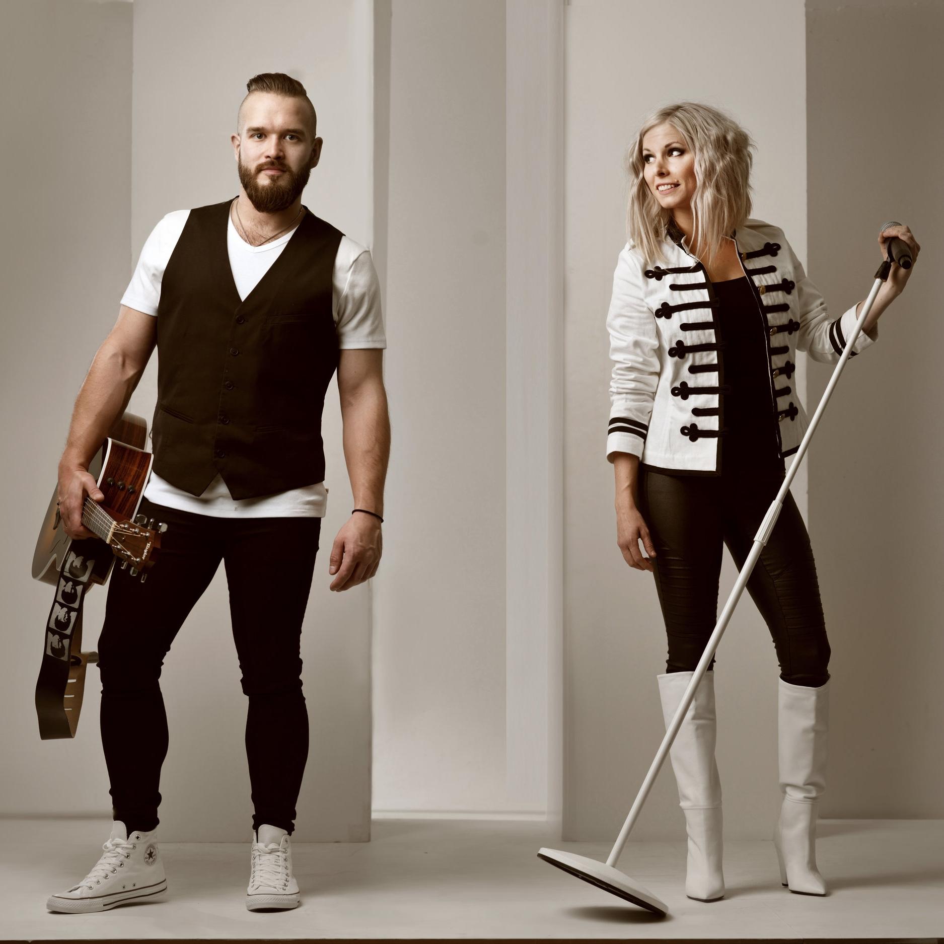 """LIVE-MUSIK - Iförd 80tals-skrud bjuder Demoll Duo på årtiondets allra bästa hits inom schlager, rock, disco och pop! Sjung med till låtar såsom """"Video Killed The Radio Star"""", """"We're Not Gonna Take It"""", """"99 Luftballons"""" och """"Girls Just Wanna Have Fun""""!"""