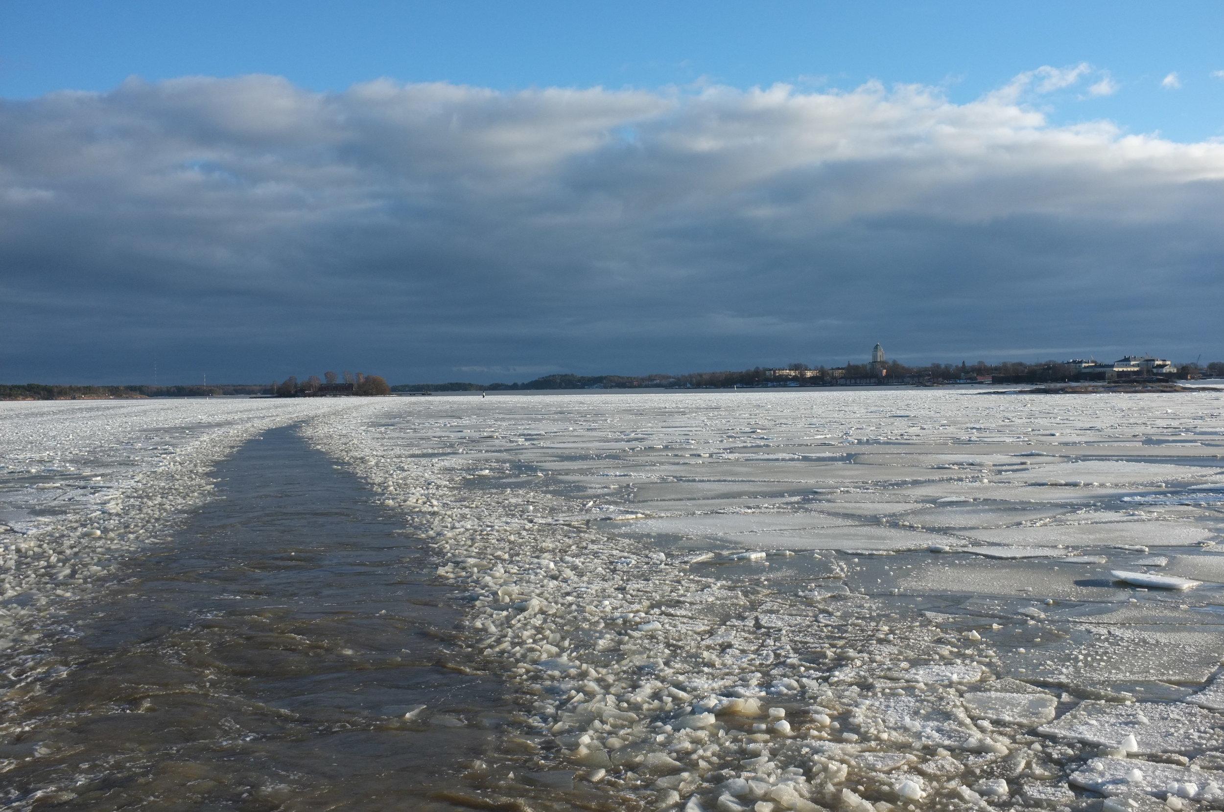 Helsinki - Suomenlinna - ice from ferry 3.JPG