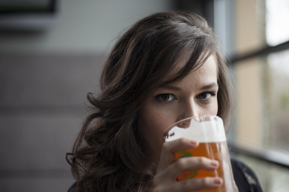 women-drinkling-pale-ale