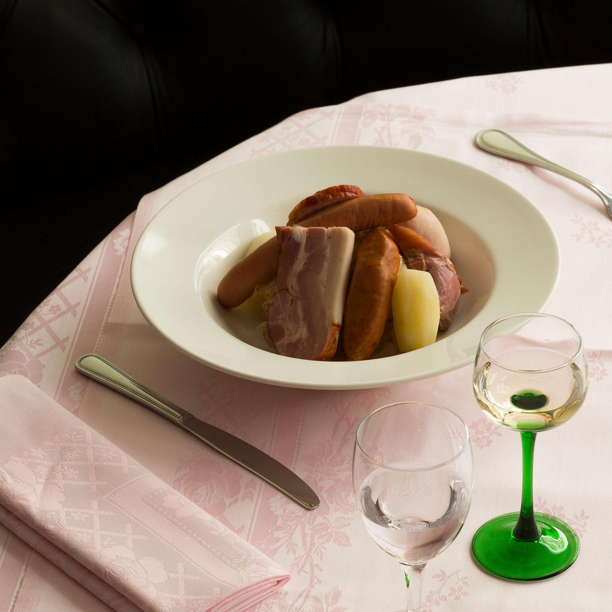 Déjeuner & diner - Pour le déjeuner et le dîner, nous proposons un menu à la carte comprenant une gamme de spécialités alsaciennes.
