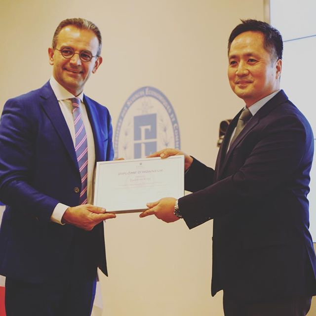 We are proud to deliver an honorary diploma to Daewon Kim, CEO @samsungfrance, for the involvement of Samsung in ESSEC K-Lab.