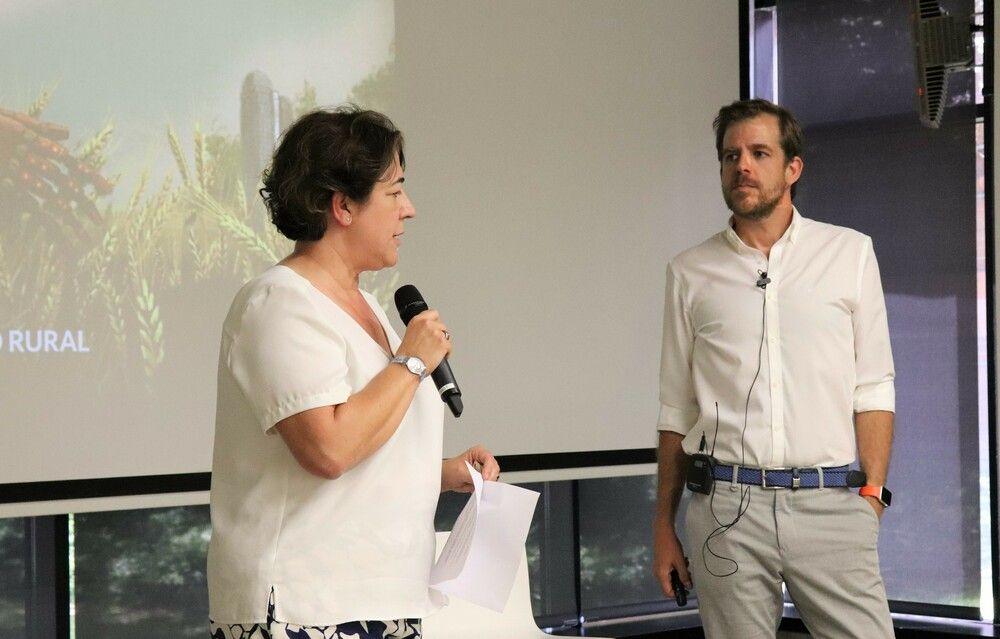 Elena Pisonero y Gonzalo Martín, durante la sesión en Hispasat.