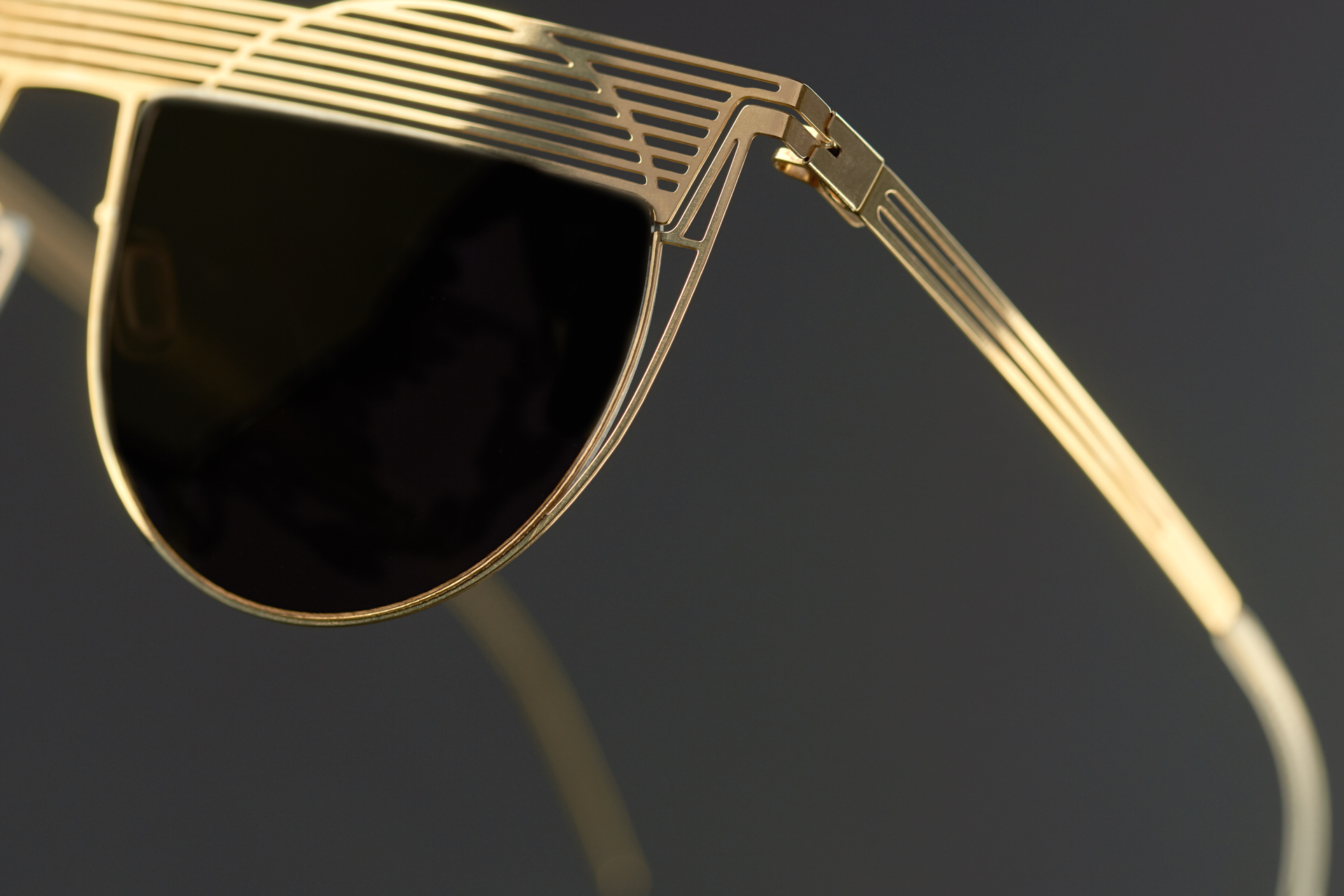 KEEPING THE TENSION AND STRUCTUREDDesigned to beflexible and light - Our frames look very light, thanks to the thin wires that are hidden in the profile of the lens.Inside, you can see the cables that maintain tension, while the incisions increase the lightness of our glasses.
