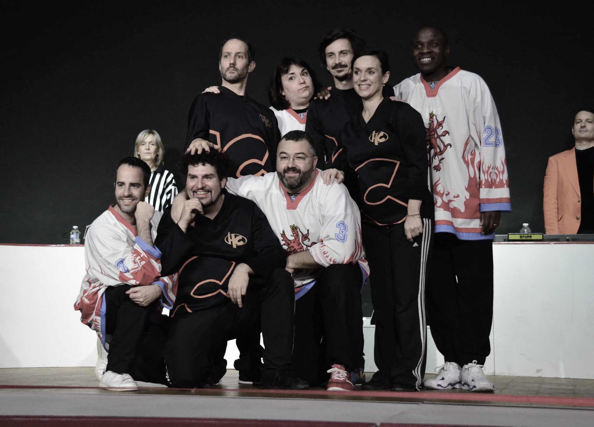 Théâtre d'improvisation - Le match d'improvisation est une forme de théâtre d'improvisation qui utilise le format d'une compétition pseudo-sportive empruntant les codes du hockey sur glace.