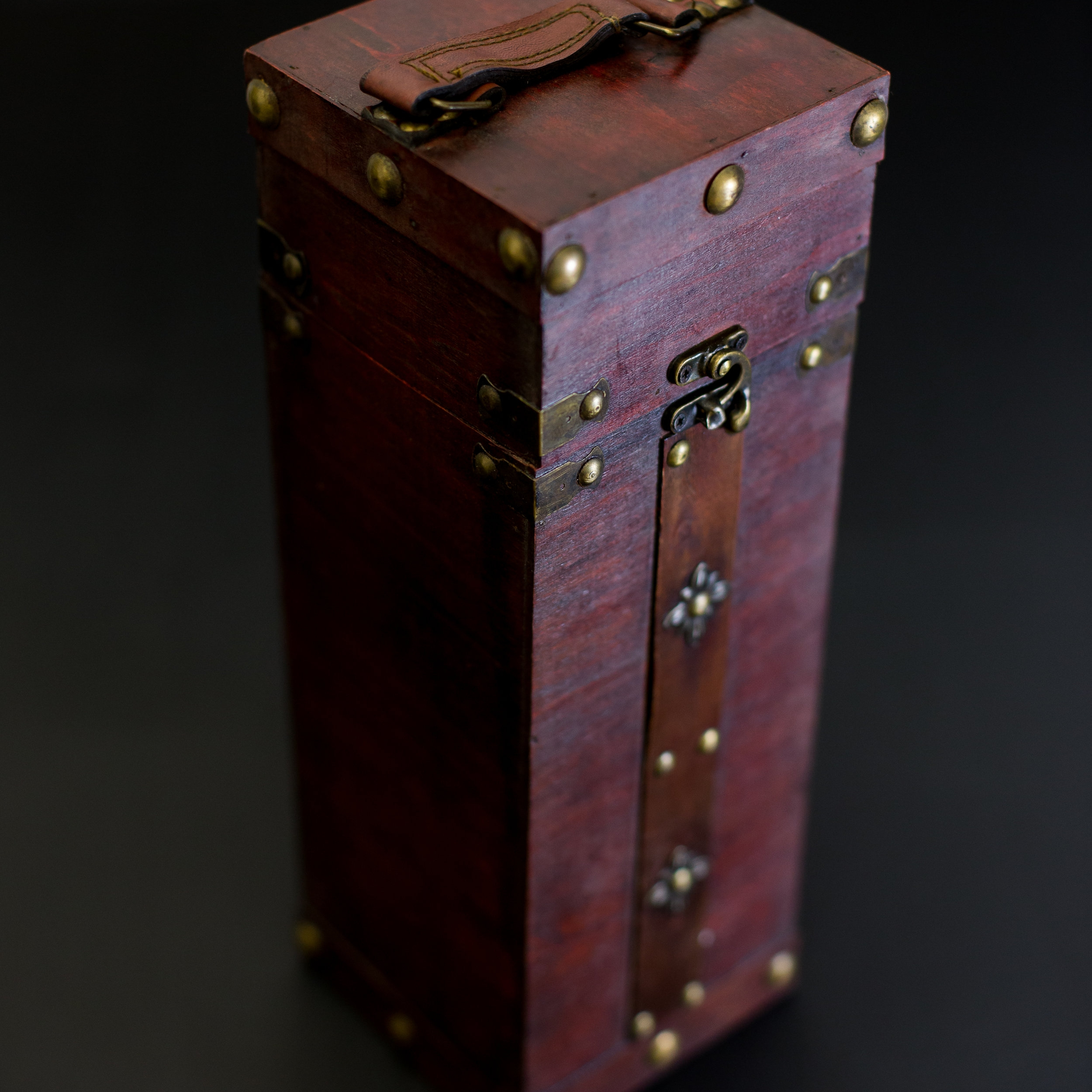 SQUARE SINGLE WINE BOX WITH METAL CLASP -