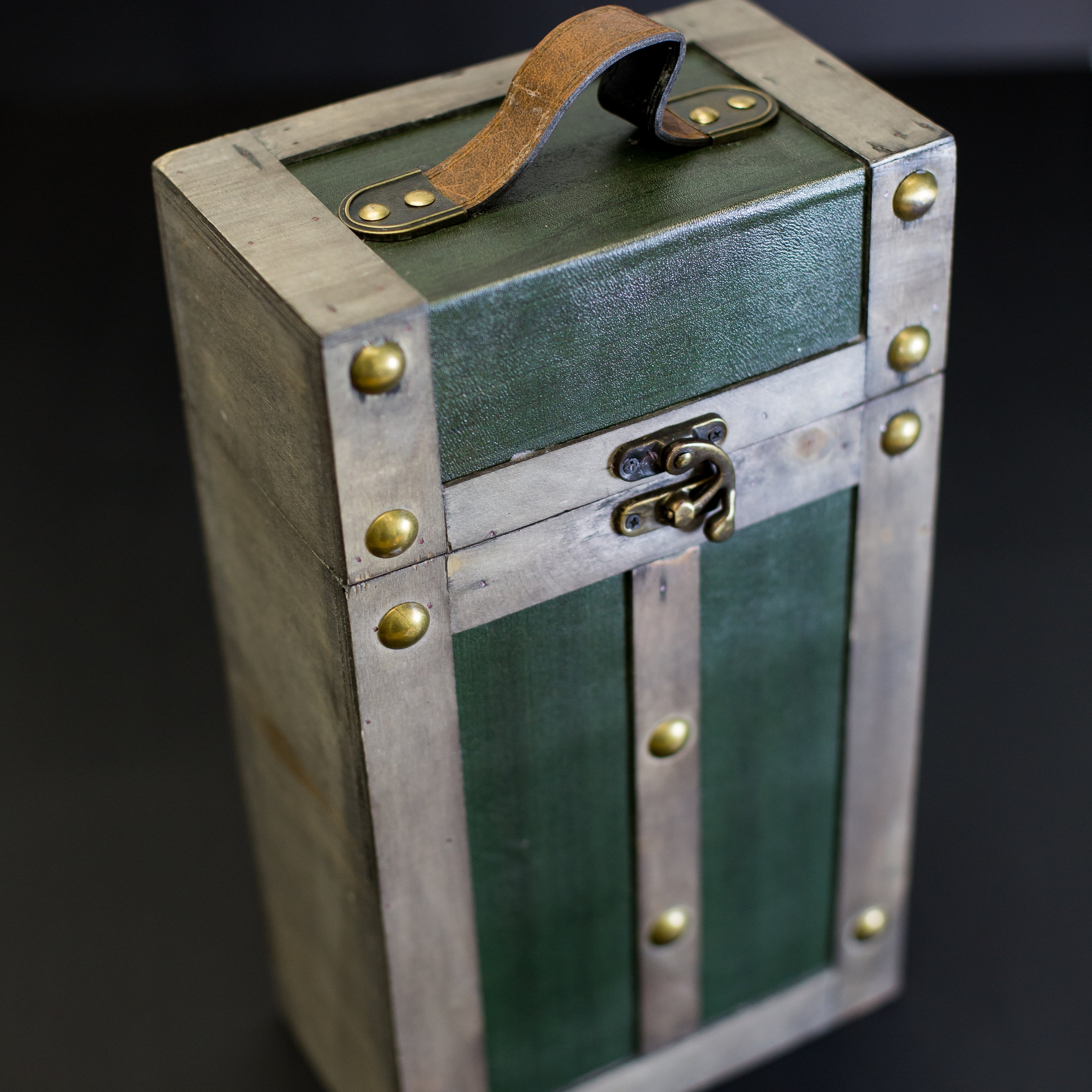 DOUBLE WINE CARRIER WITH GREEN LEATHER -