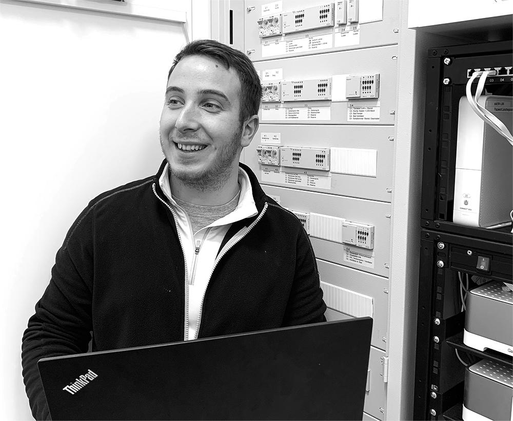 Jessenitschnig Dominik  Auch er absolvierte die Lehre bei uns und war von Anfang an Elektriker mit Begeisterung. Inzwischen bereitet er sich auf die Meisterprüfung vor und ist unser Fachmann für die neue KNX-Bustechnologie.